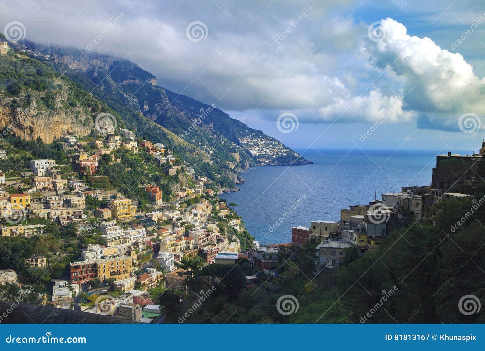 Красивое сценарное positaino mediterranian прибрежной южной Италии