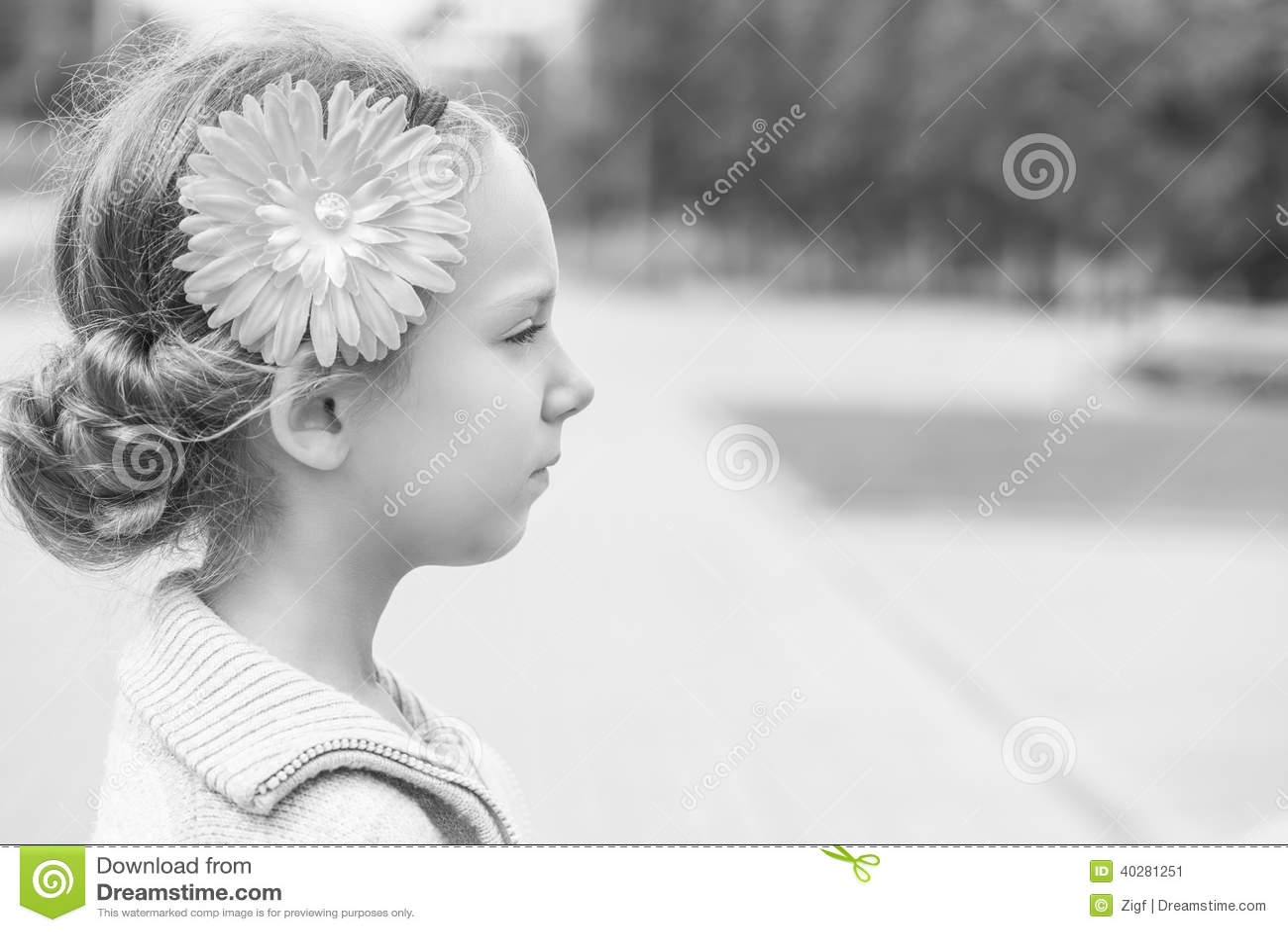 Красивое усмехаясь поднимающее вверх маленькой девочки близкое