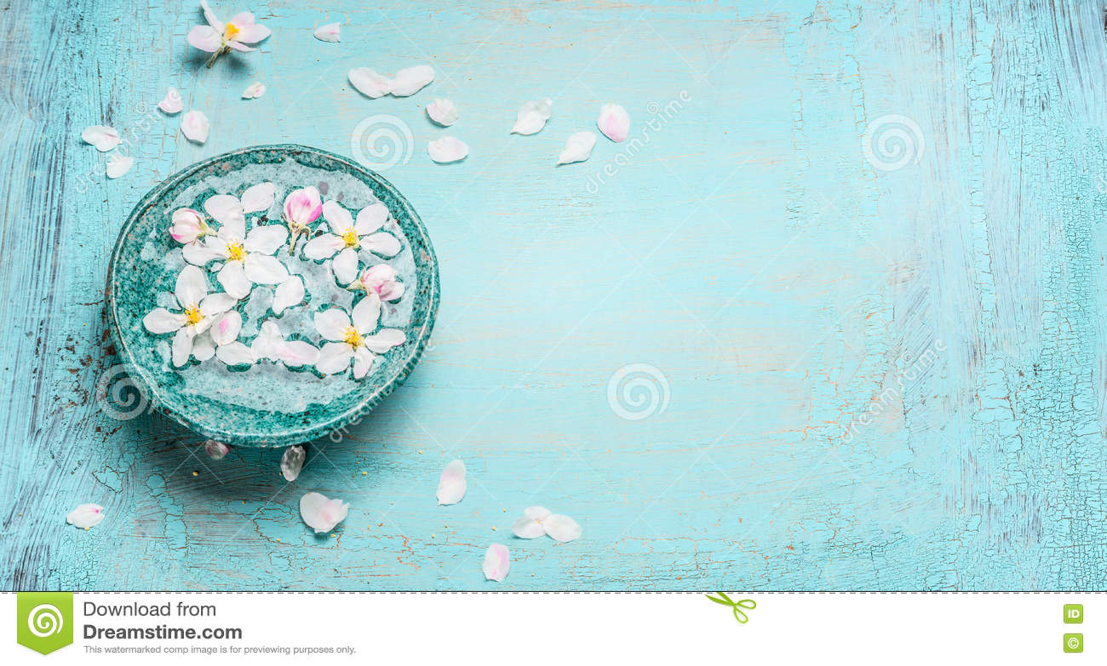 Красивое цветение весны с белыми цветками в шаре воды на предпосылке сини бирюзы затрапезной шикарной деревянной, взгляд сверху