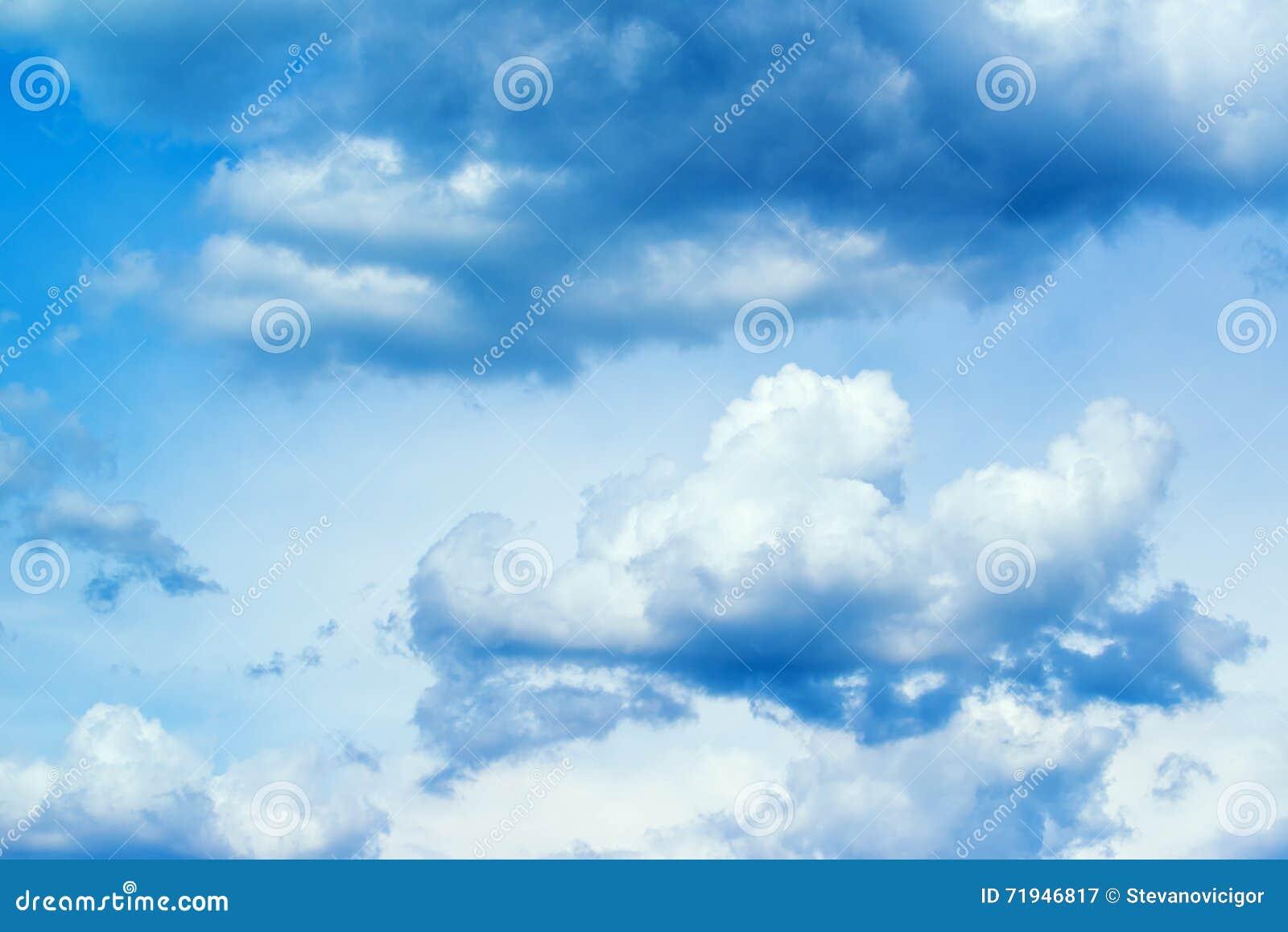 Красивое cloudscape весеннего времени