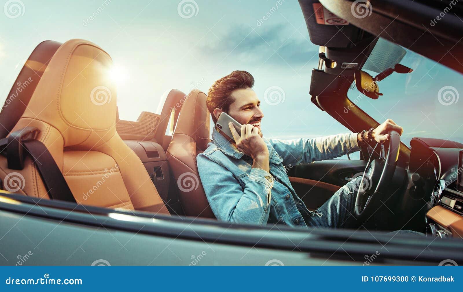 Красивое riridng человека обратимый автомобиль