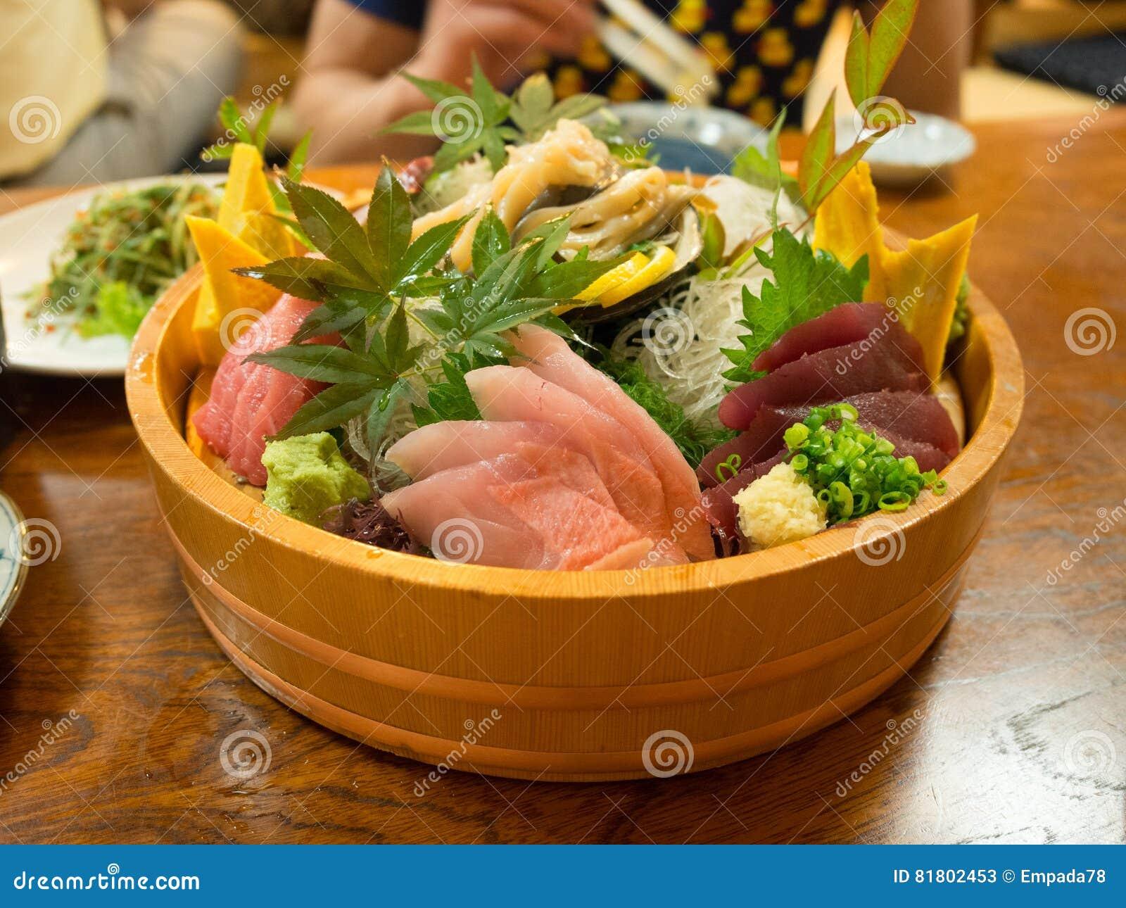 Красиво представленный диск суш в токио