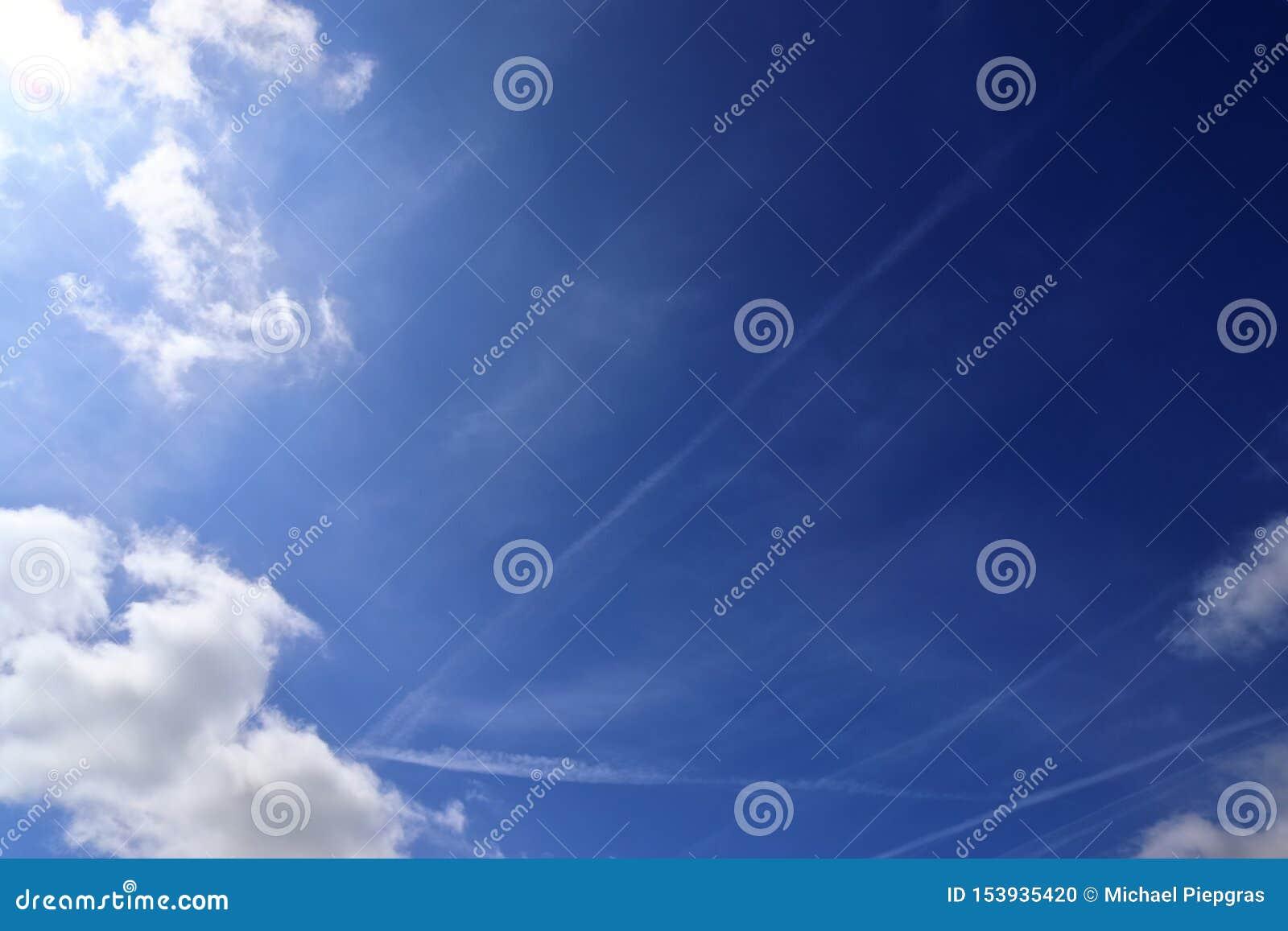 Красивые белые пушистые облака на темносинем небе