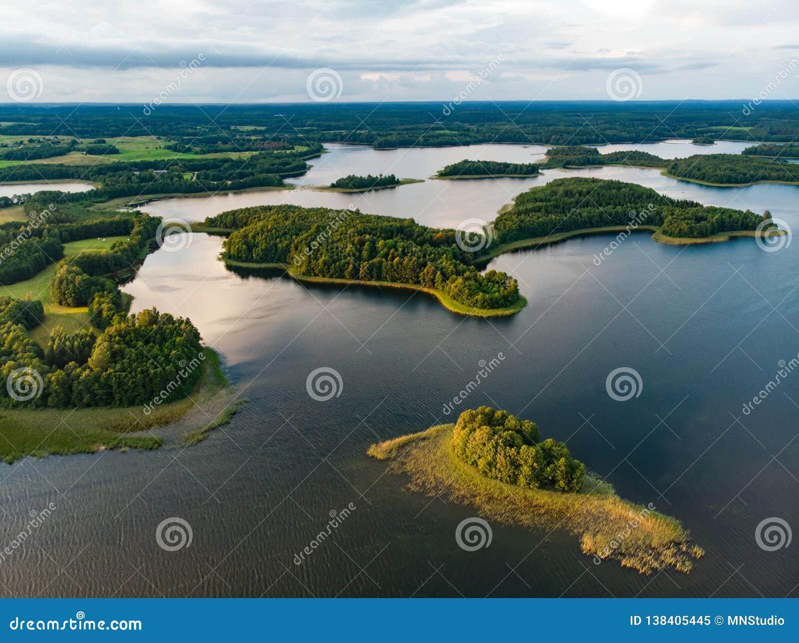 Красивые вид с воздуха региона Moletai, известный или своих озер Сценарный ландшафт вечера лета в Литве