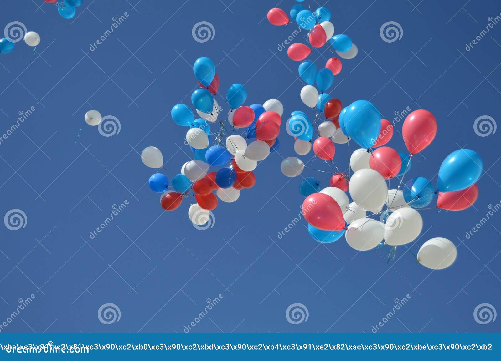 Красивые воздушные шары летая над голубым небом