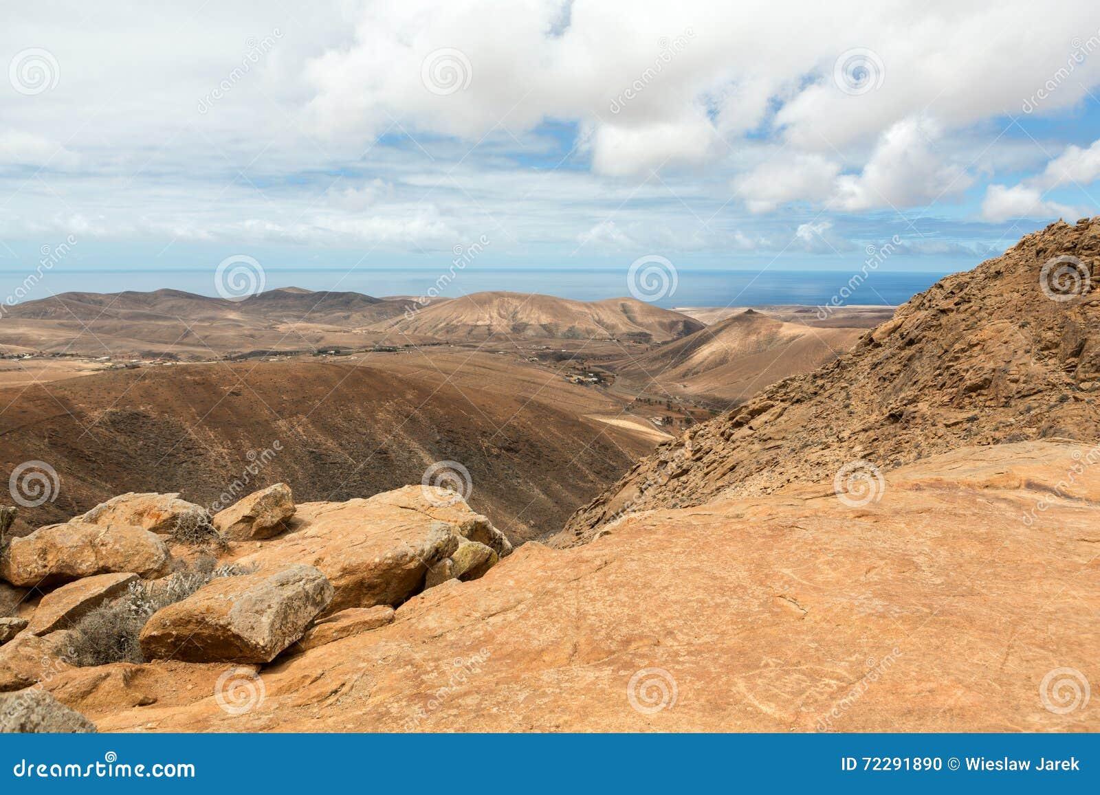 Download Красивые вулканические горы на Фуэртевентуре Стоковое Фото - изображение насчитывающей завальцовка, атласа: 72291890