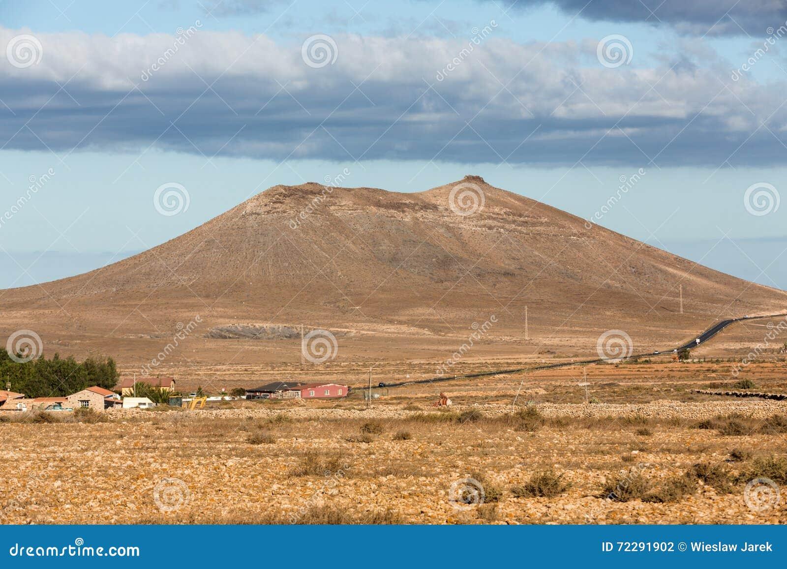Download Красивые вулканические горы на Фуэртевентуре Стоковое Фото - изображение насчитывающей высоко, естественно: 72291902