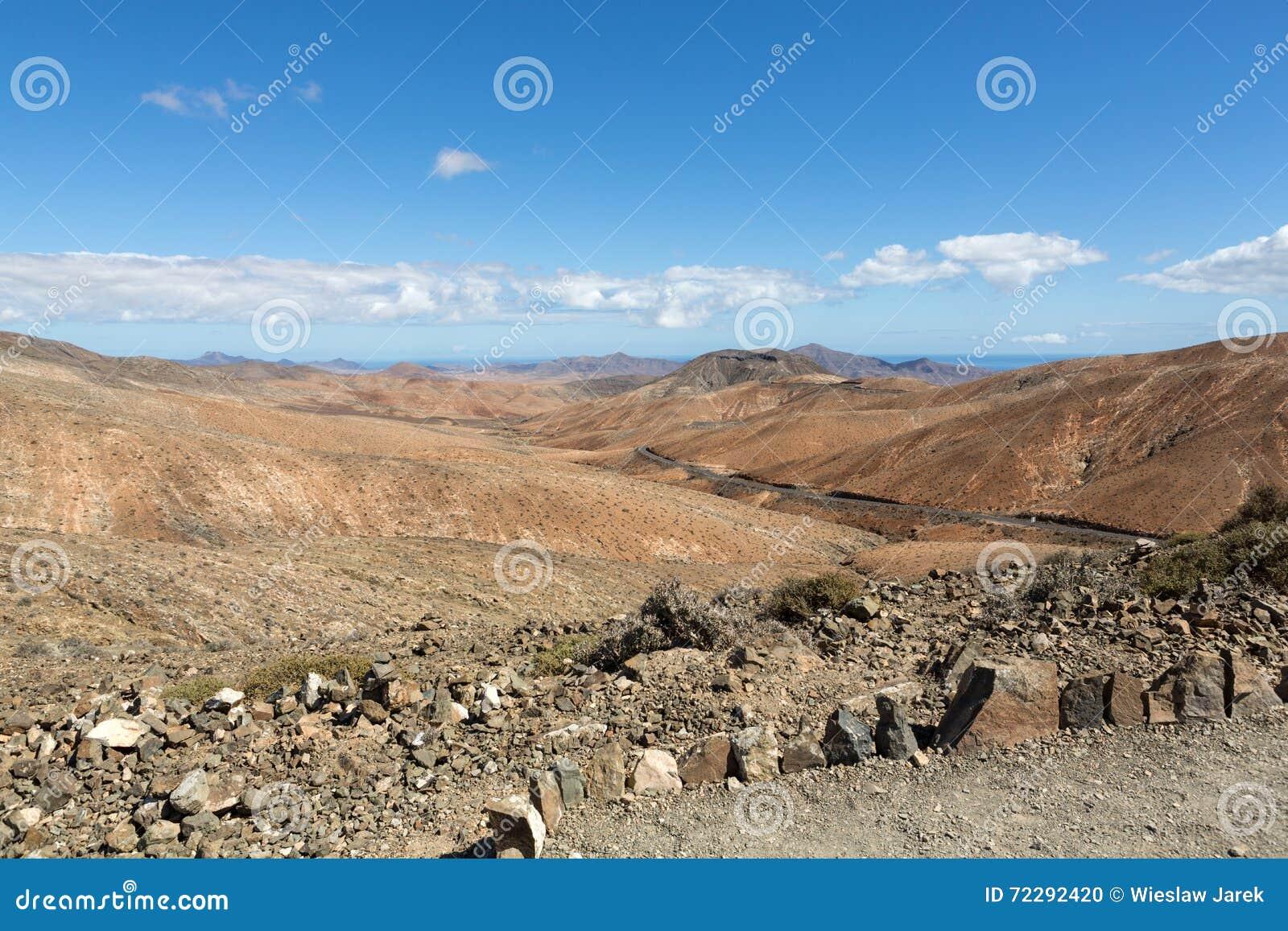 Download Красивые вулканические горы на Фуэртевентуре Стоковое Фото - изображение насчитывающей атласа, небо: 72292420