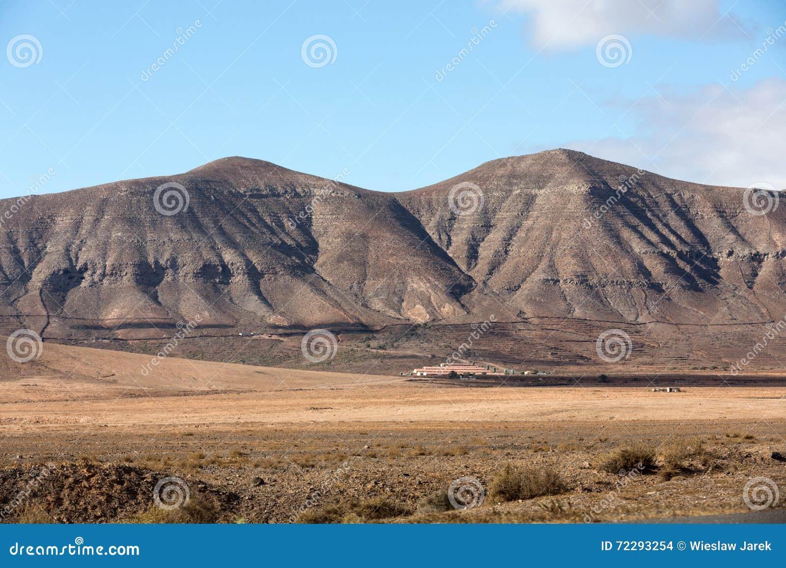 Download Красивые вулканические горы на Фуэртевентуре Стоковое Фото - изображение насчитывающей attractor, высоко: 72293254