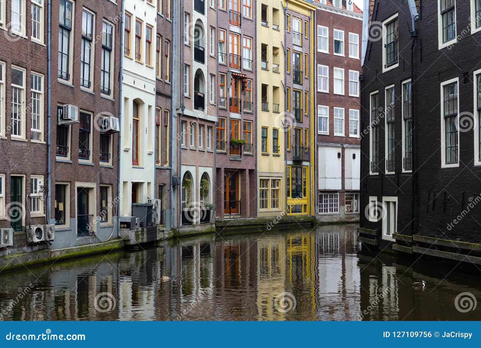 Красивые дома на канале в Амстердаме, Нидерландах