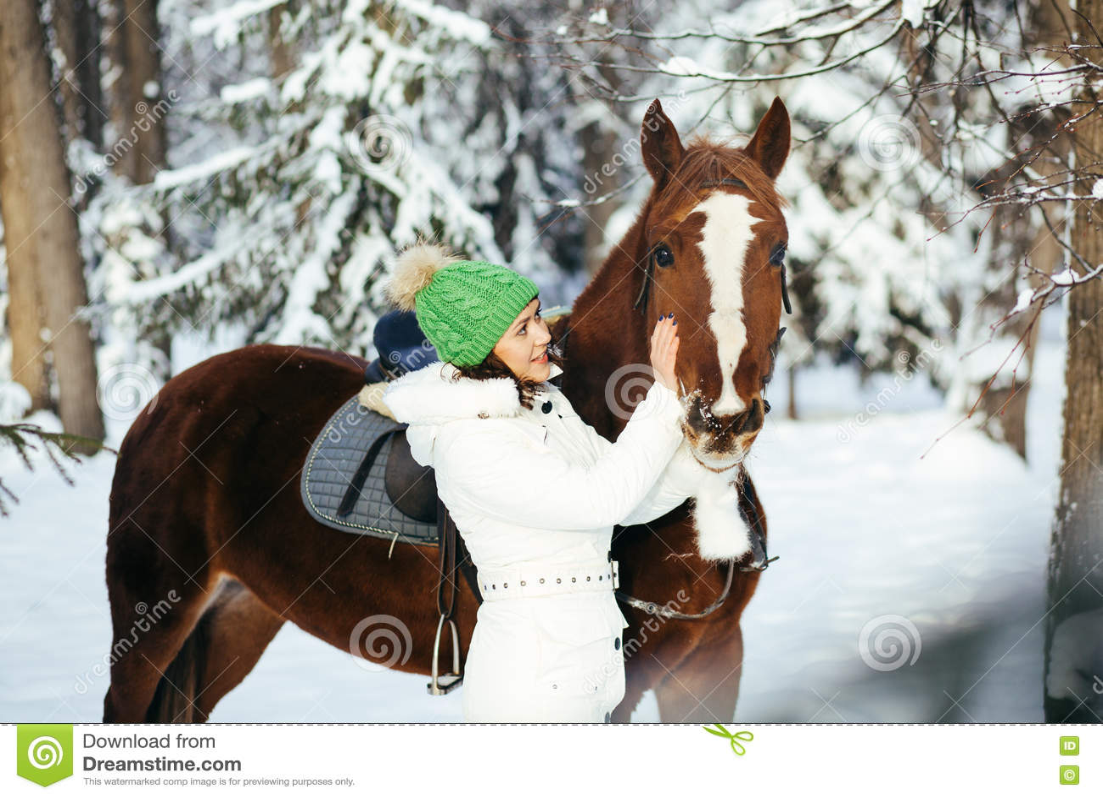 Красивые девушка и лошадь в зиме