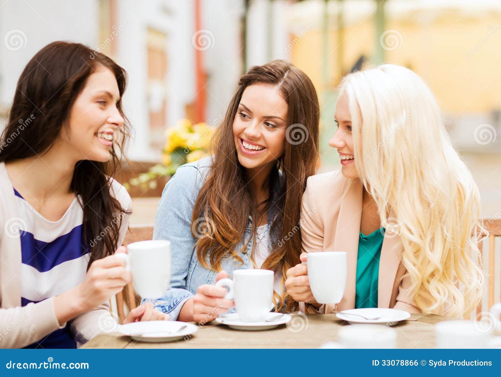Фото две девушки сидят за столом