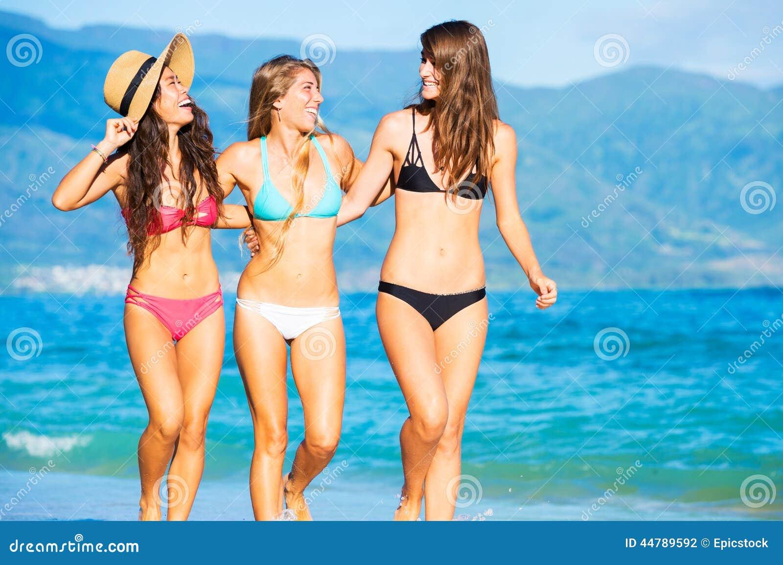 Группа сексуальных девушек на пляже