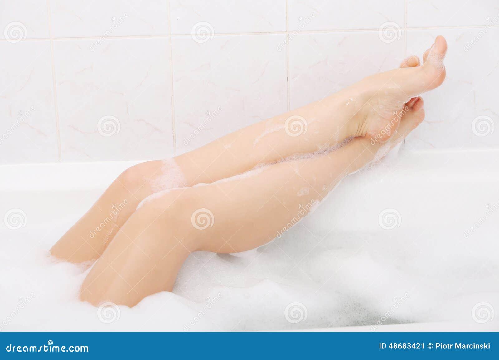 Фото ноги девушек в ванной, Девушки фоткают себя в ванной Часть 5 (52 фото) 23 фотография