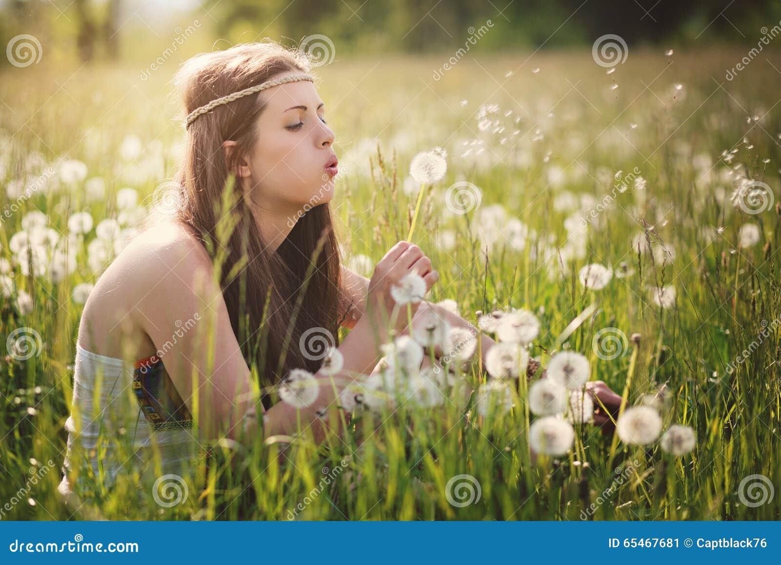 Красивые женщина и одуванчик hippie