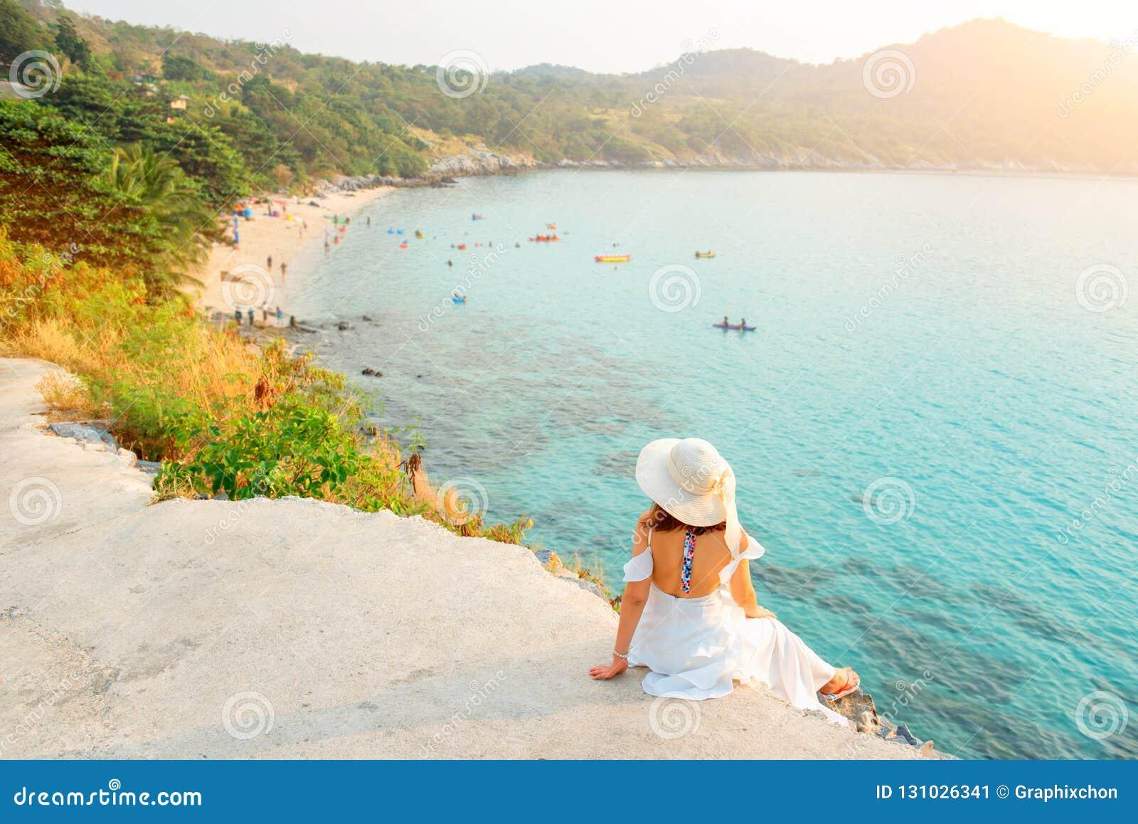 Красивые женщины путешествуют самостоятельно на пляже на лете