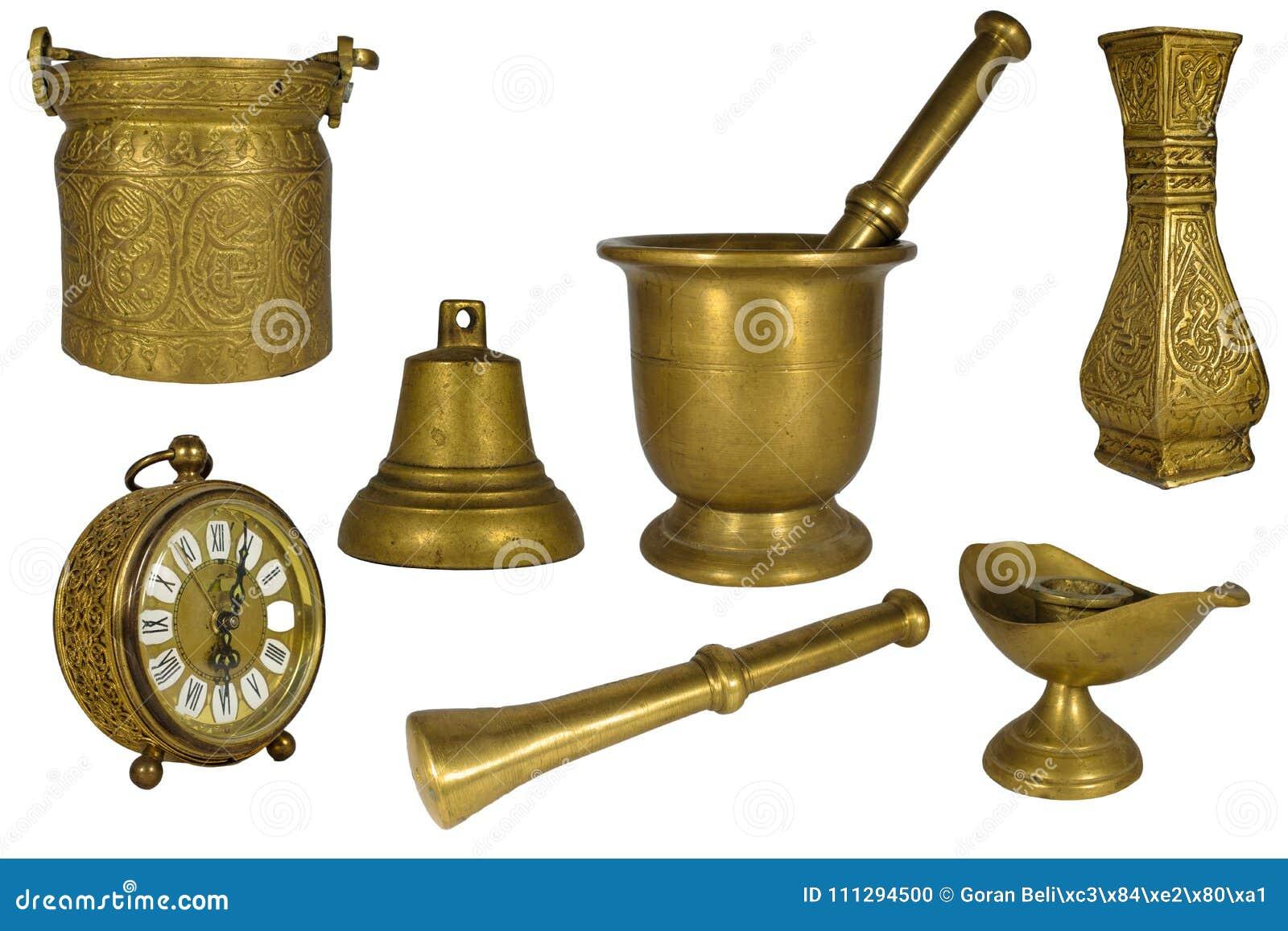 Красивые комплект или собрание винтажной латуни или золотых декоративных деталей дома изолированных на белизне: часы, пестик, мин