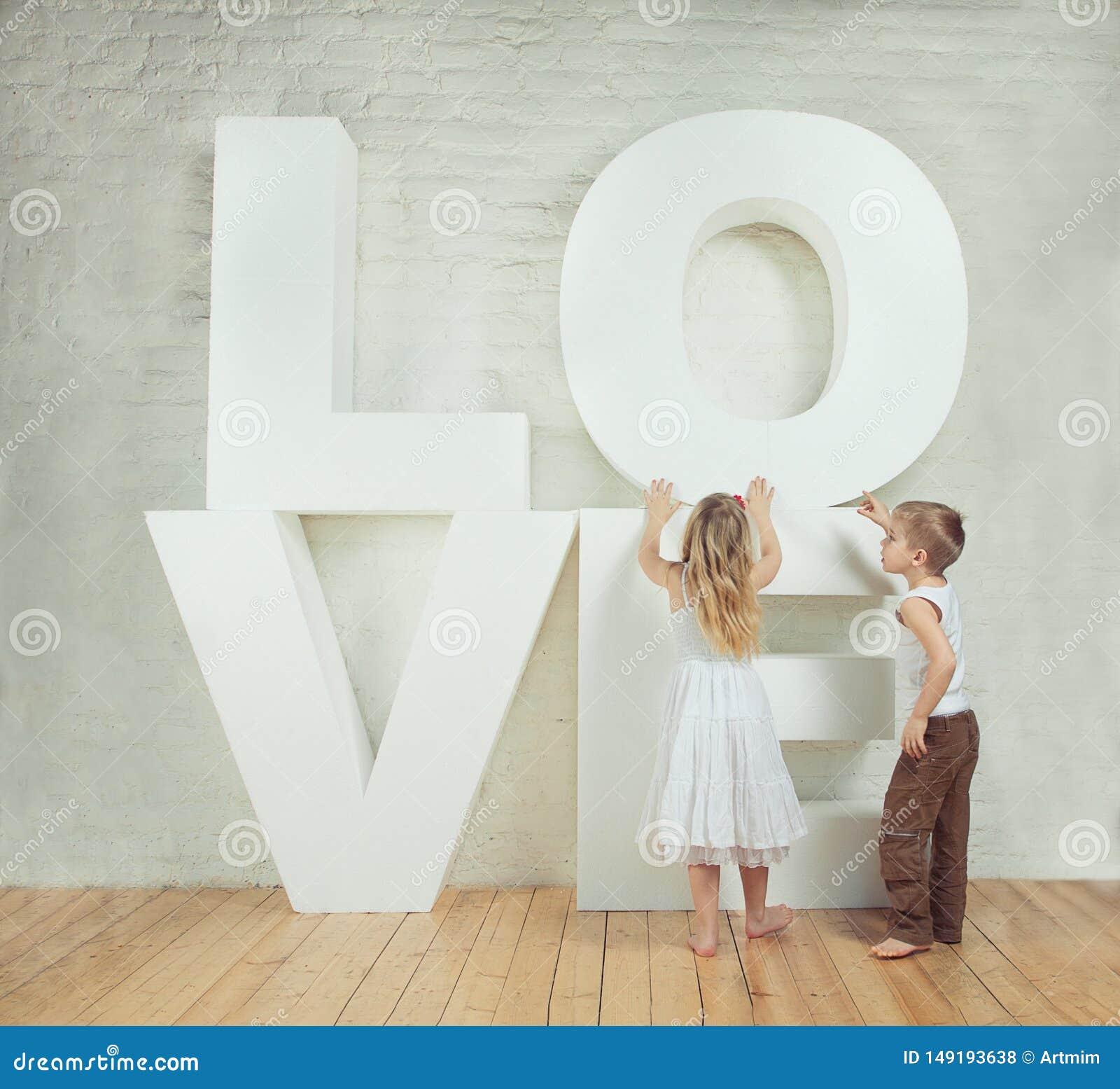 Красивые маленькая девочка и мальчик - любовь