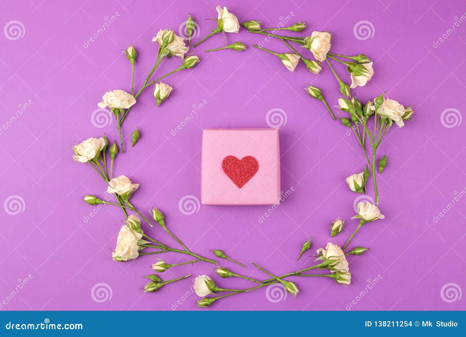 Красивые мини розы и подарочная коробка на яркой предпосылке сирени праздники Валентайн дня s женщины дня s Взгляд сверху