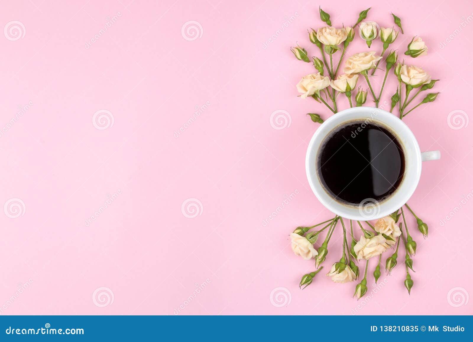 Красивые мини розы и тетрадь на яркой розовой предпосылке праздники Валентайн дня s женщины дня s Взгляд сверху Космос для tex