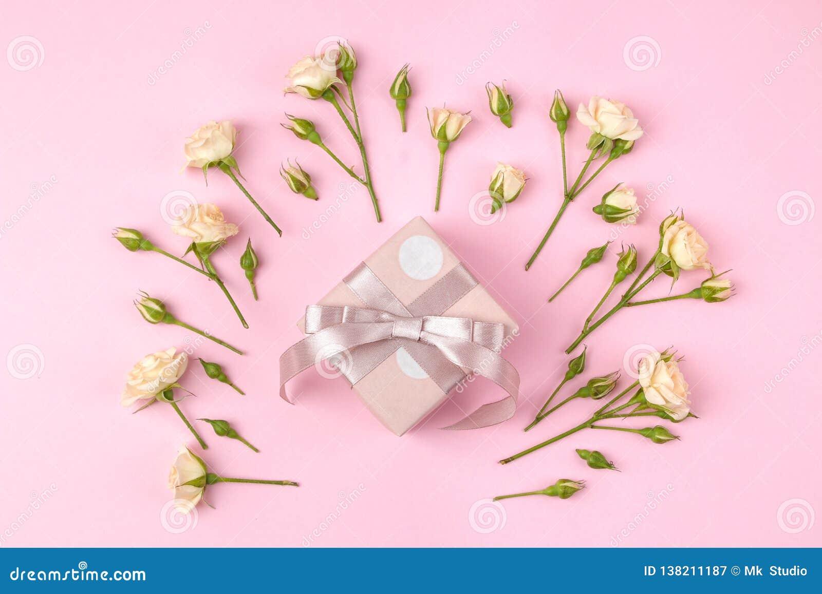 Красивые мини розы с розовой подарочной коробкой на яркой розовой предпосылке праздники Валентайн дня s женщины дня s Взгляд свер