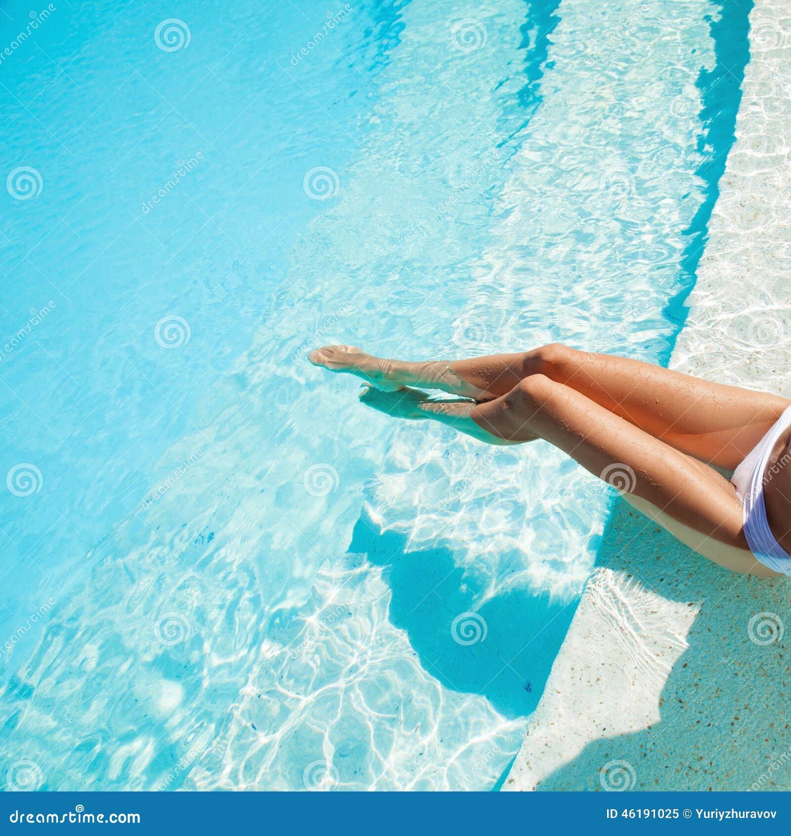 Ноги девушки фото в бассейне