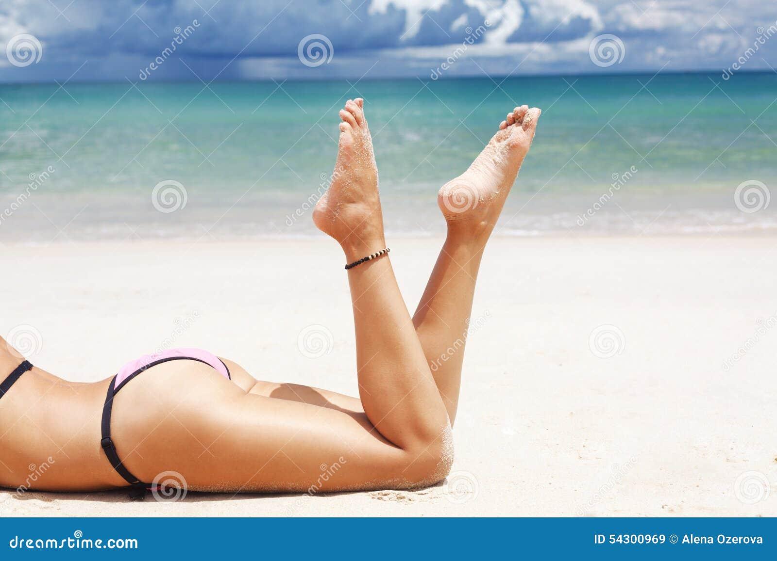 Красивые ноги на пляжу — 2