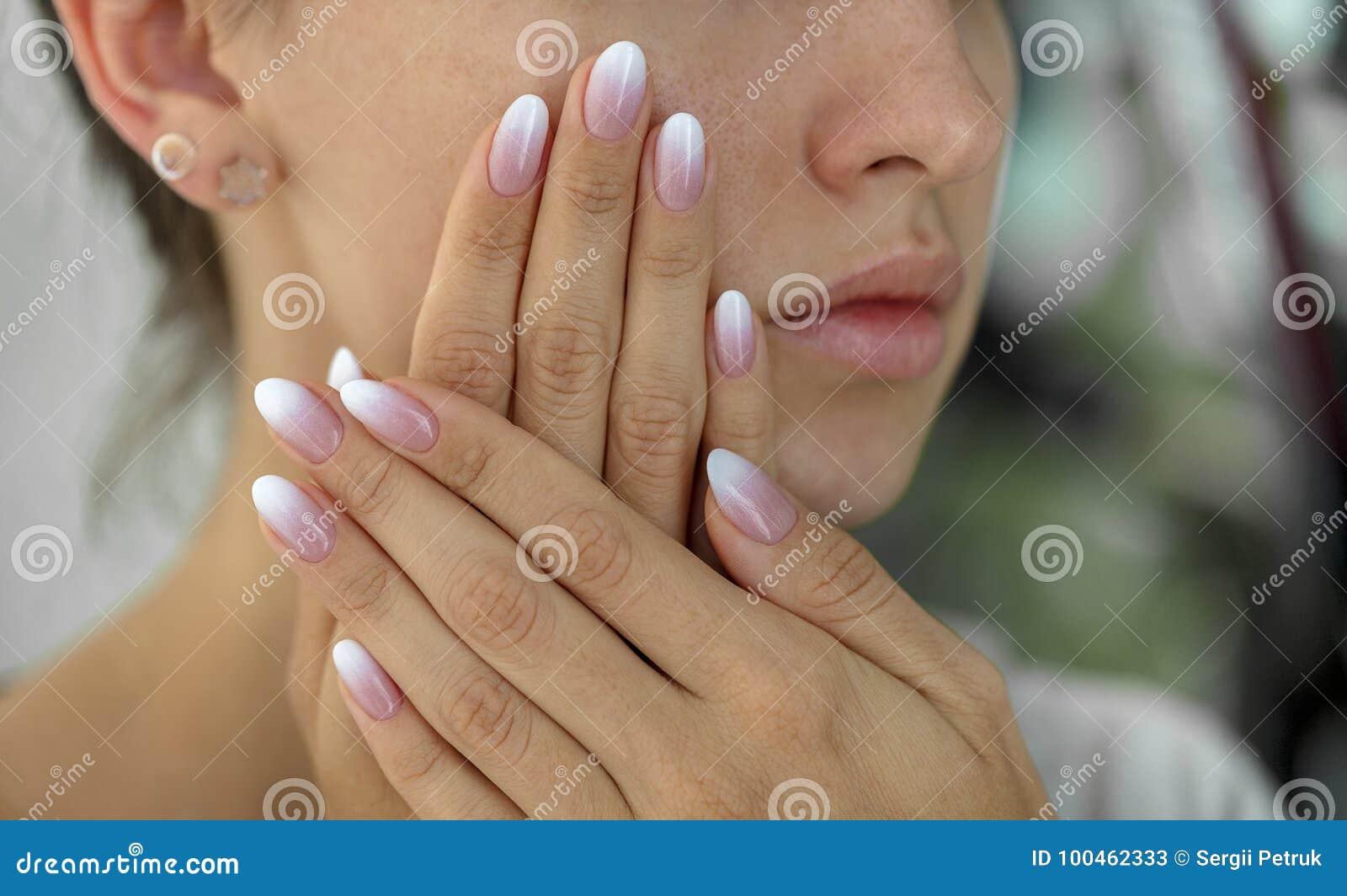 Красивые ногти ` s женщины с красивым ombre французского маникюра
