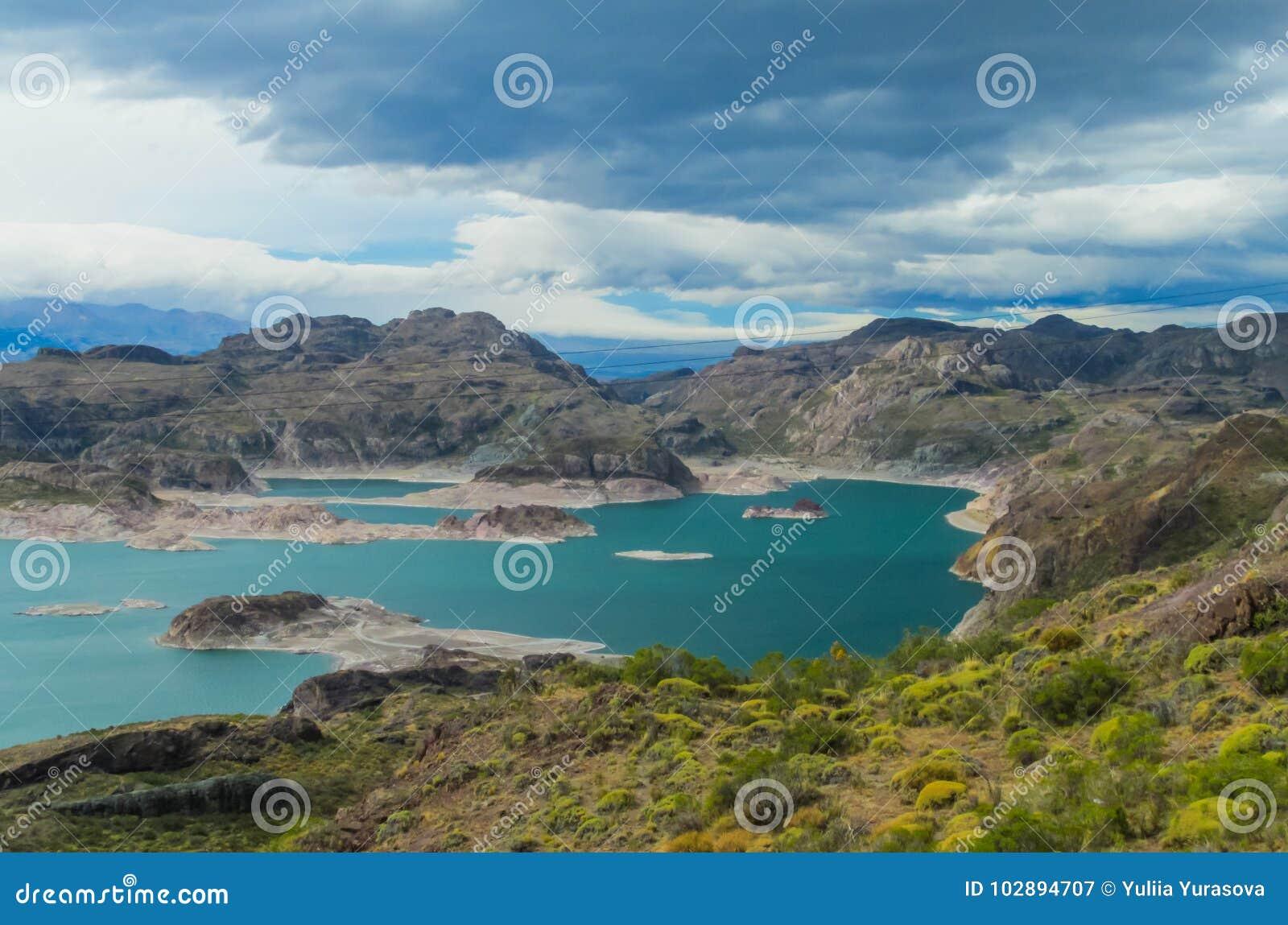 Красивые открытое море и утесы озеро и острова