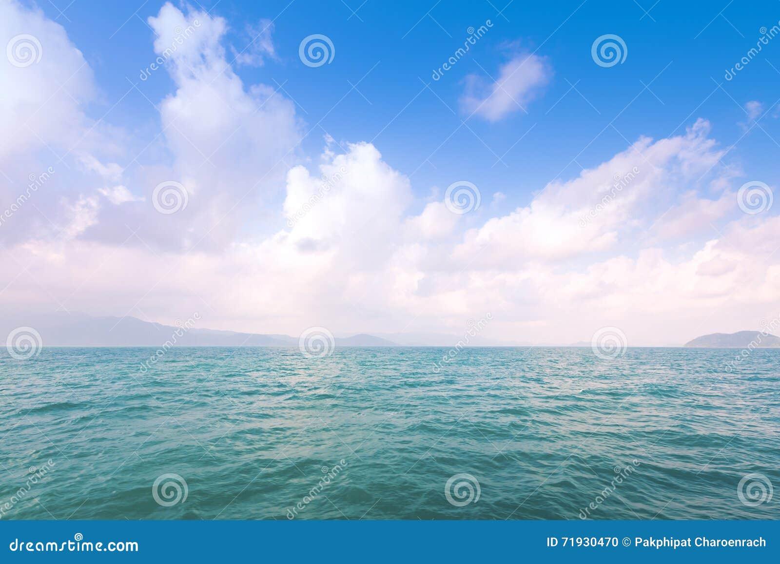 Красивые пасмурные, голубые небо и предпосылка моря