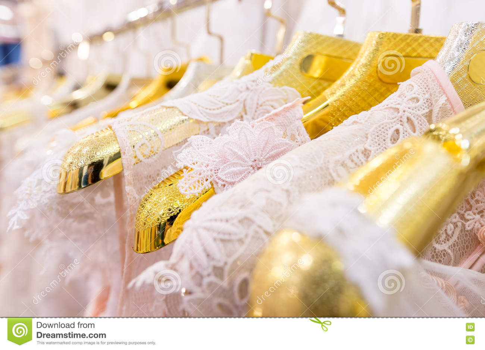 Красивые платья свадьбы на вешалке