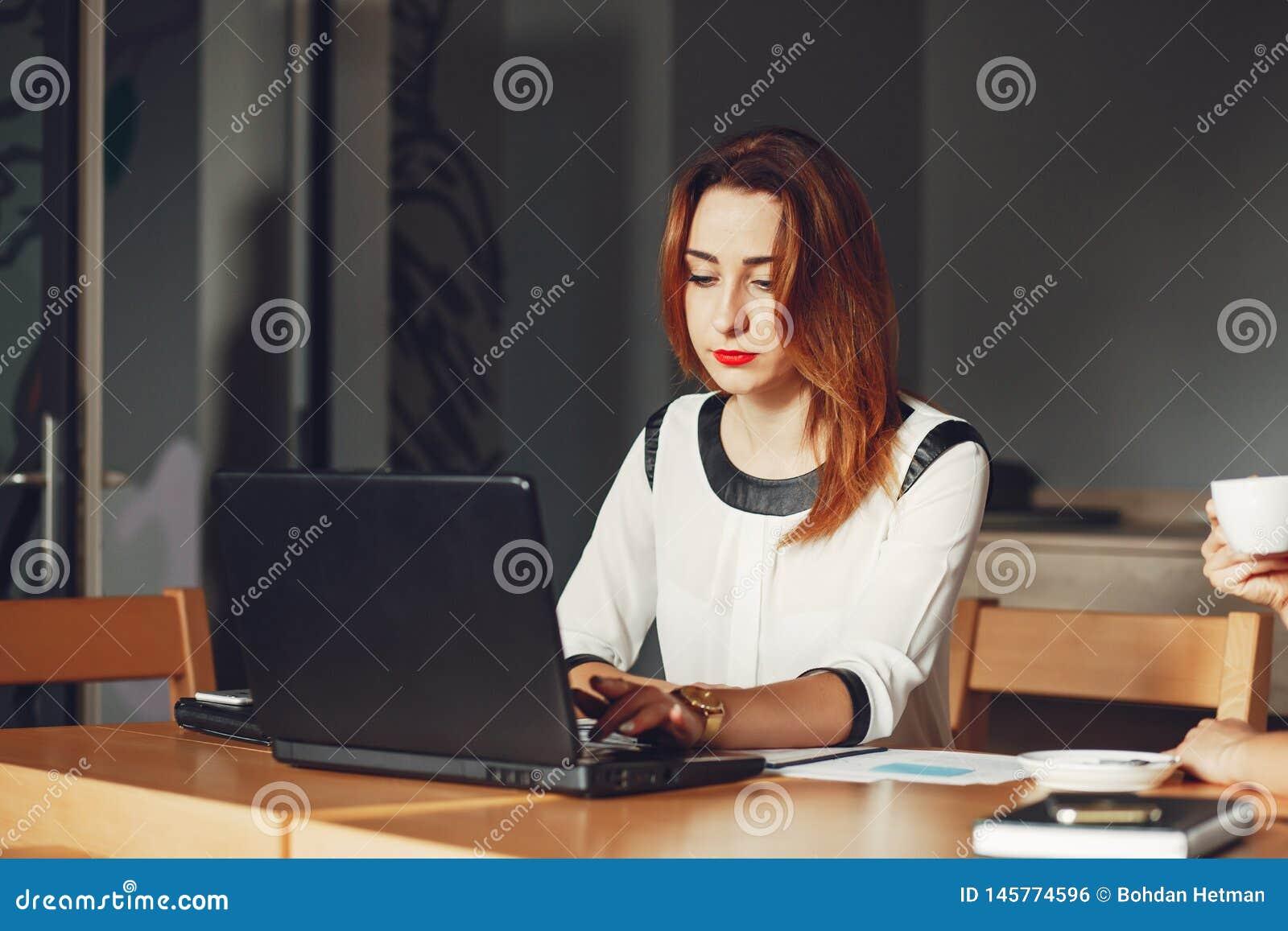 что за работа девушка в офисе