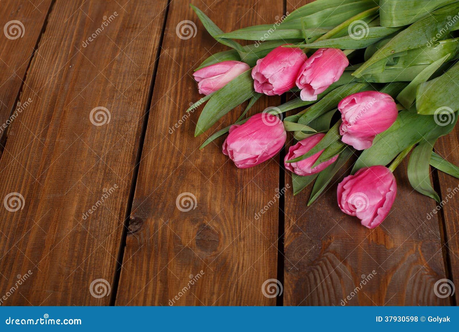 Красивые розовые тюльпаны на деревянной предпосылке