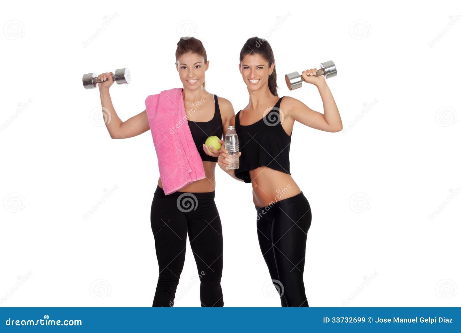 Красивые друзья тренируя поднимаясь весы