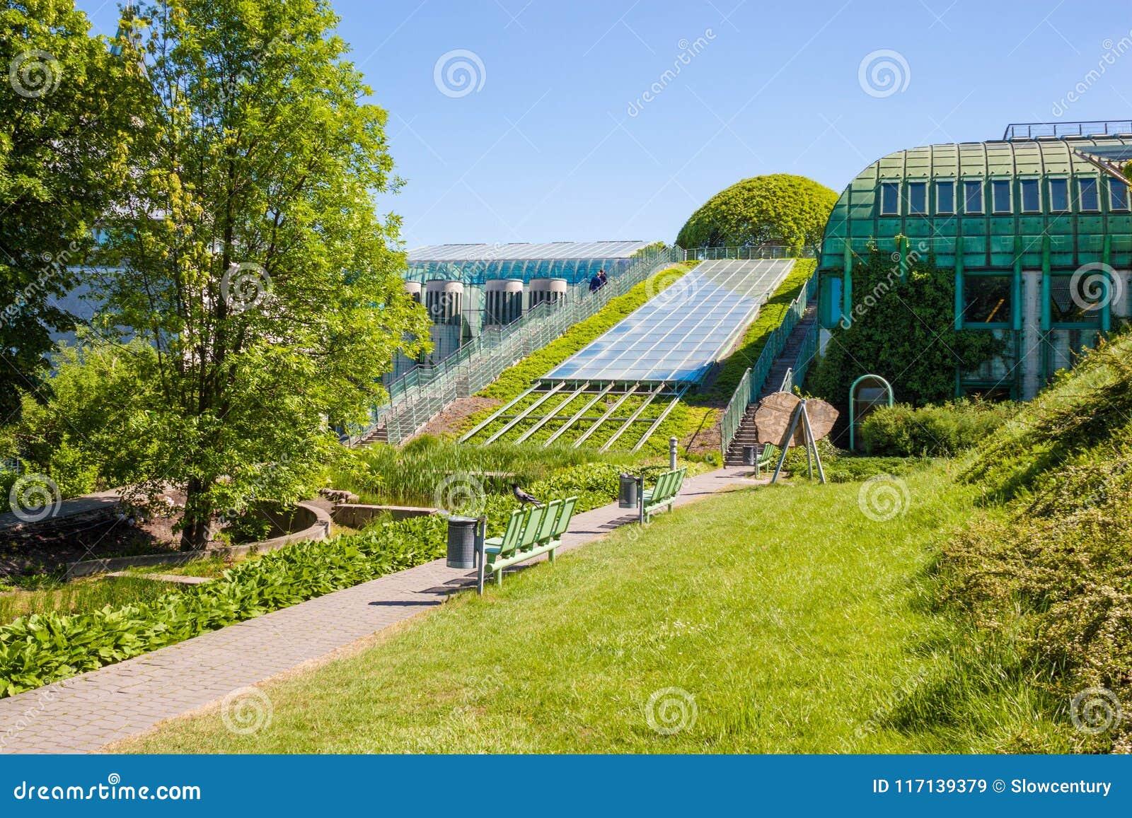 Красивые сады университетской библиотеки Варшавы Варшава, Польша