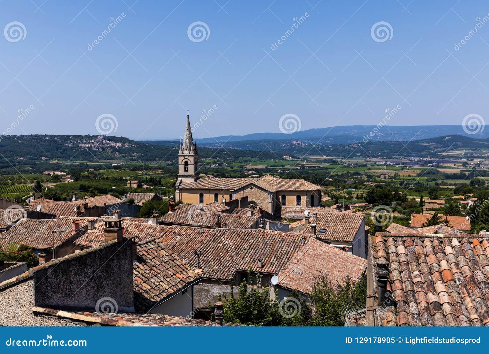 красивые традиционные крыши архитектуры и далекие горы