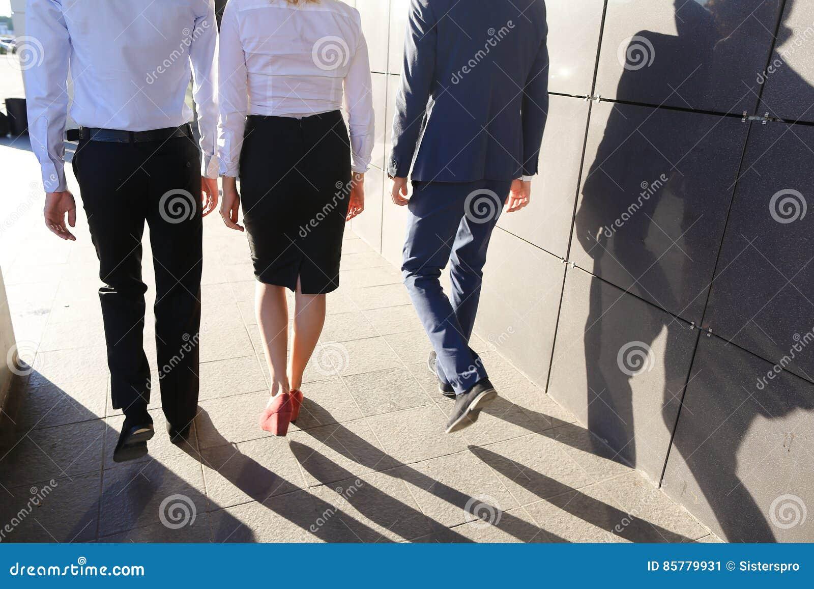 Девушка одевает на парня