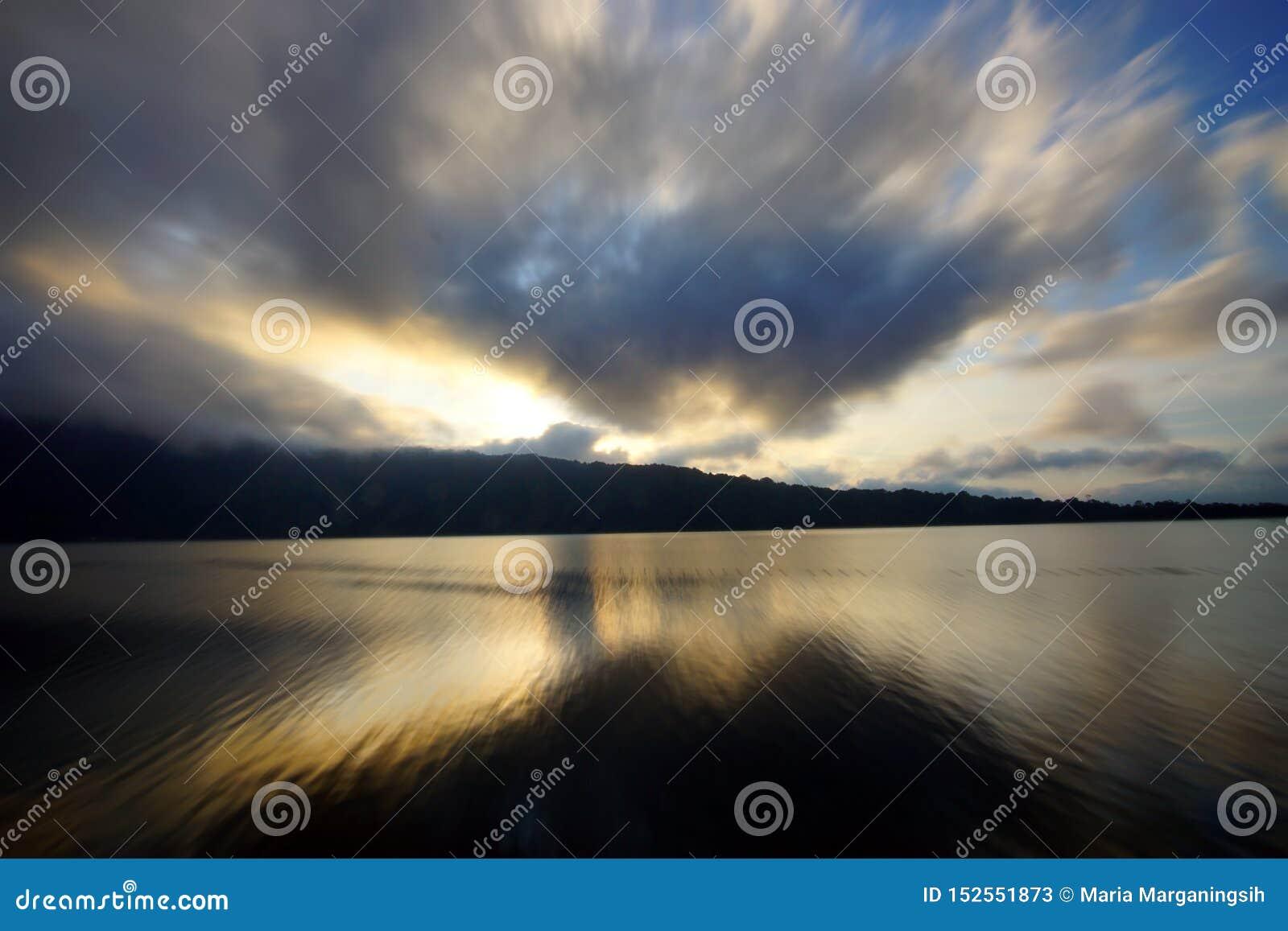 Красивые цвета неба и предпосылка вида на озеро Небо на восходе солнца Красочная предпосылка неба Космос экземпляра для текста ил
