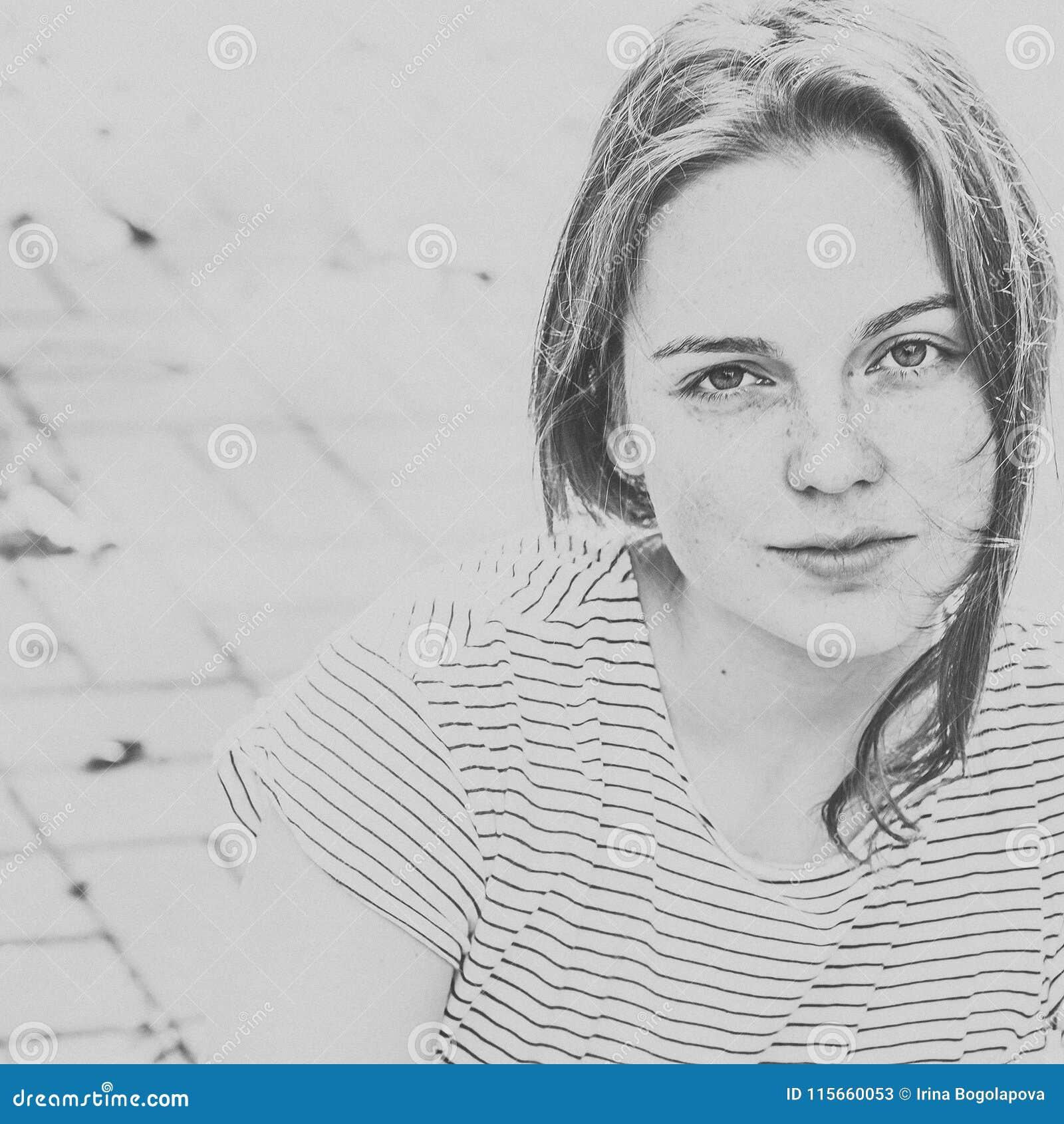 Красивые чернота и whi города улицы веснушек портрета стороны женщины