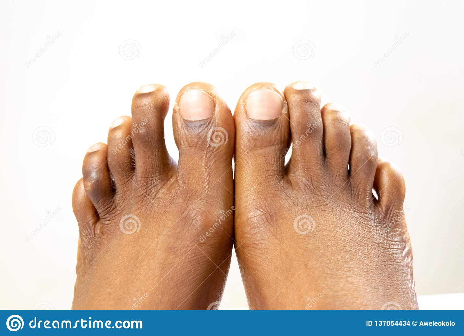 Красивые черные женские плоские ноги с ровной кожей Младенец ноги Афро-американской женщины здоровый Ноги нагого младенца изолиро