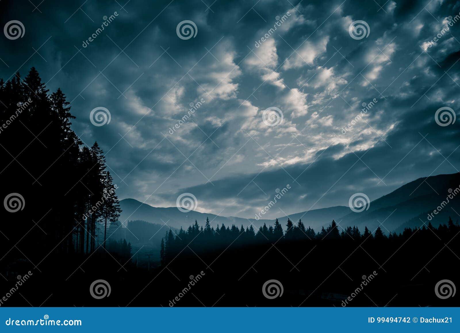 Красивый, абстрактный monochrome ландшафт горы в голубой тональности