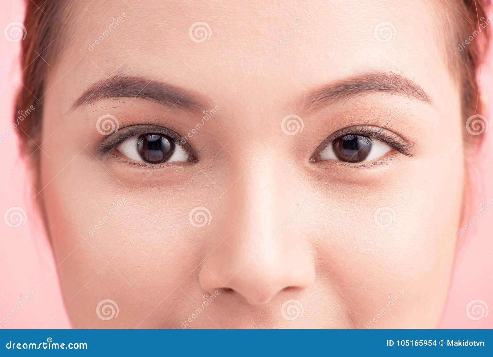 Красивые азиаткие глаза