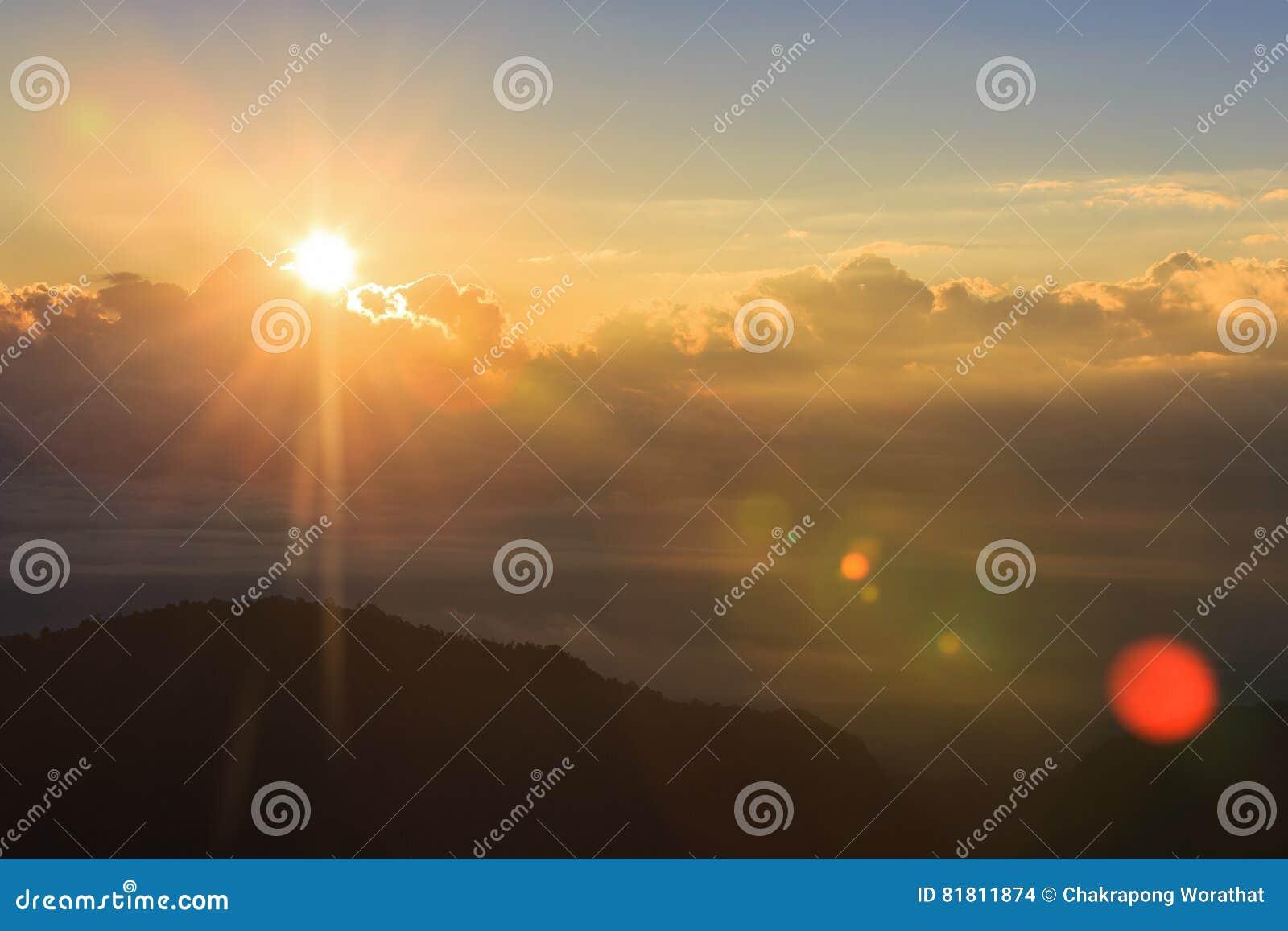 Красивый ландшафт лета с заходом солнца в горе