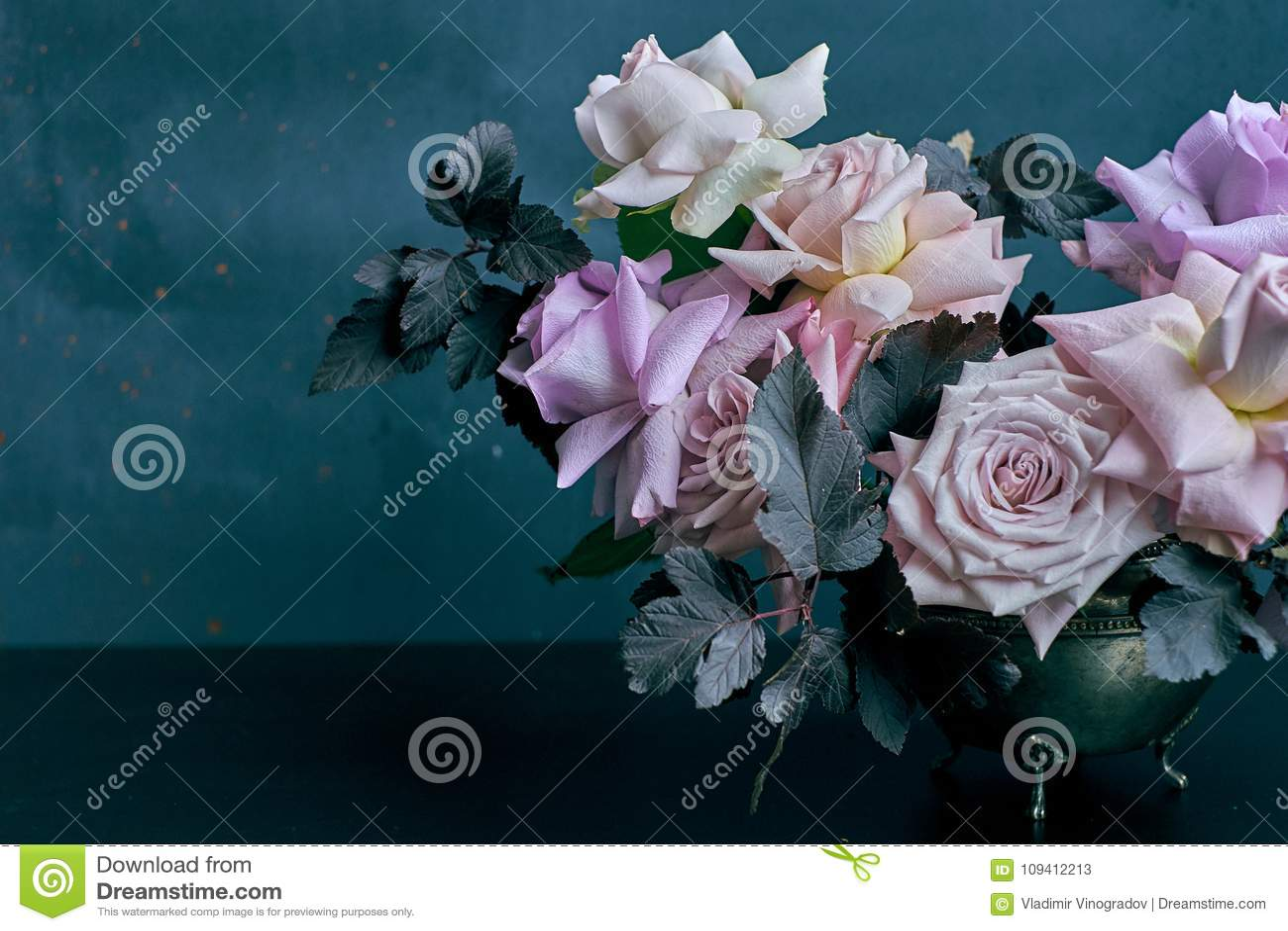 Красивый букет розы пинка на черной таблице с космосом для текста