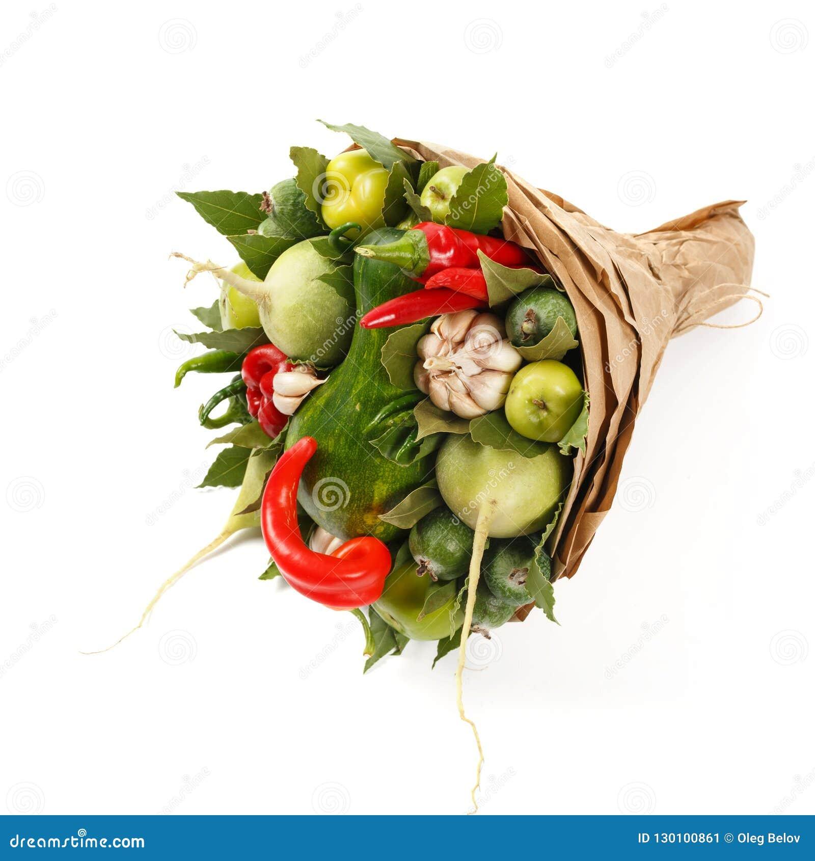 Красивый букет сочных овощей как тыква, перец, чеснок, лист залива на белой предпосылке