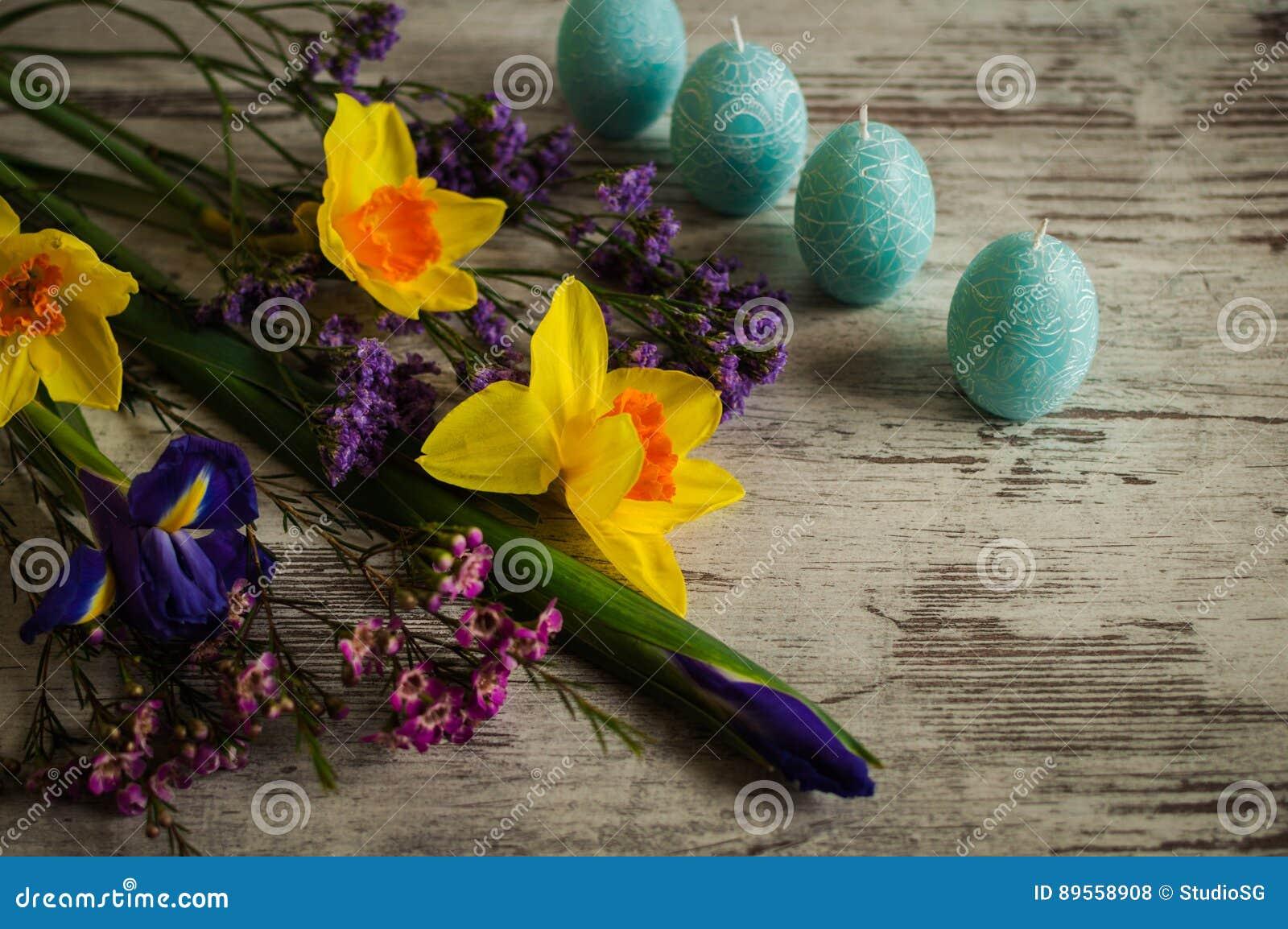 Красивый букет daffodils, радужек и весны цветет