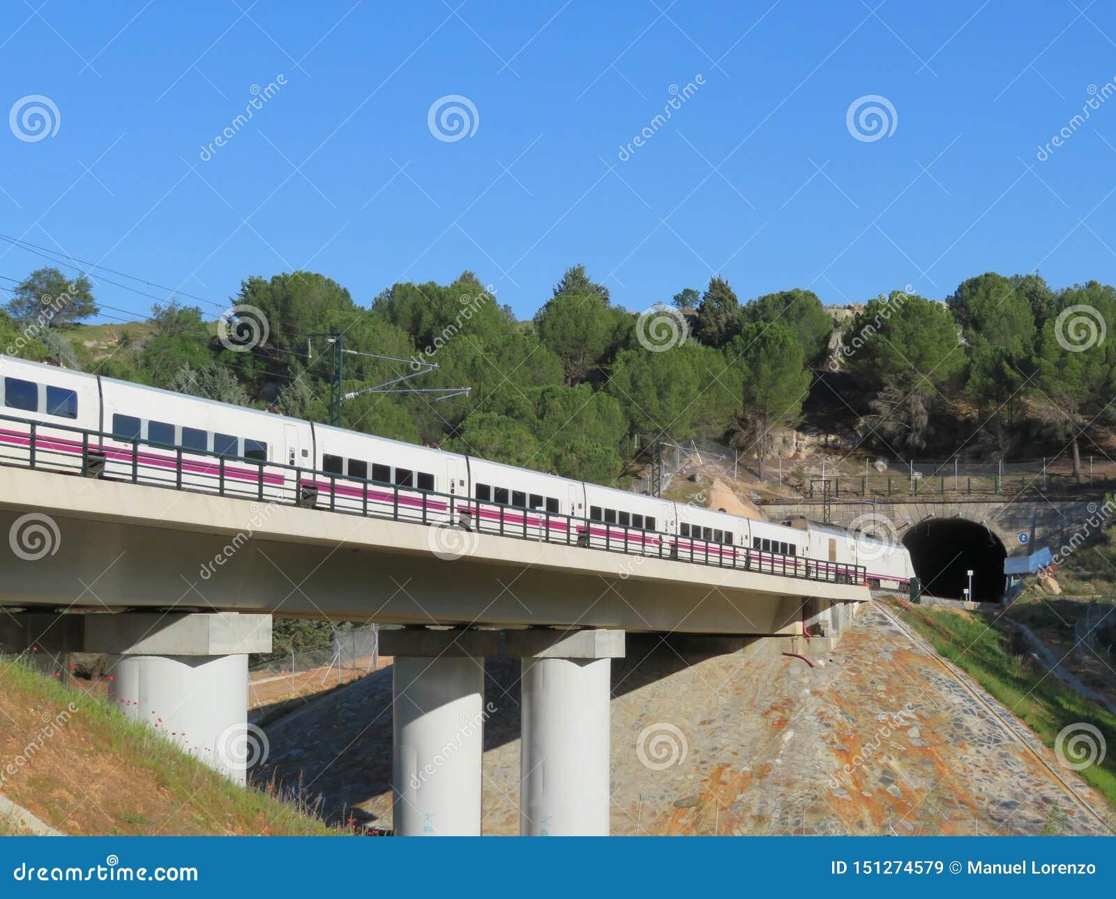 Красивый быстроходный поезд который транспортирует пассажиров к их назначению