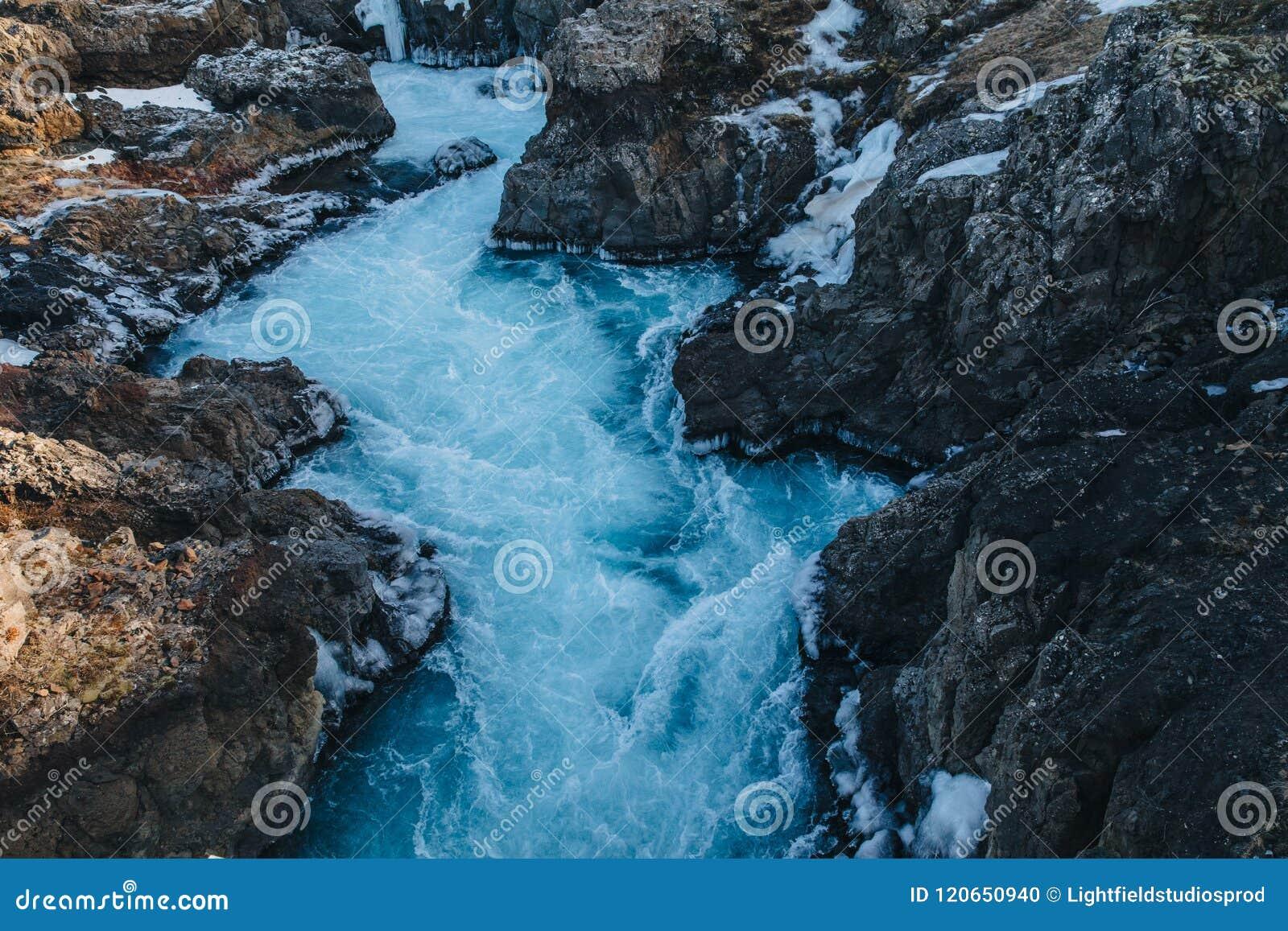 красивый быстрый поток с холодной водой и утесами