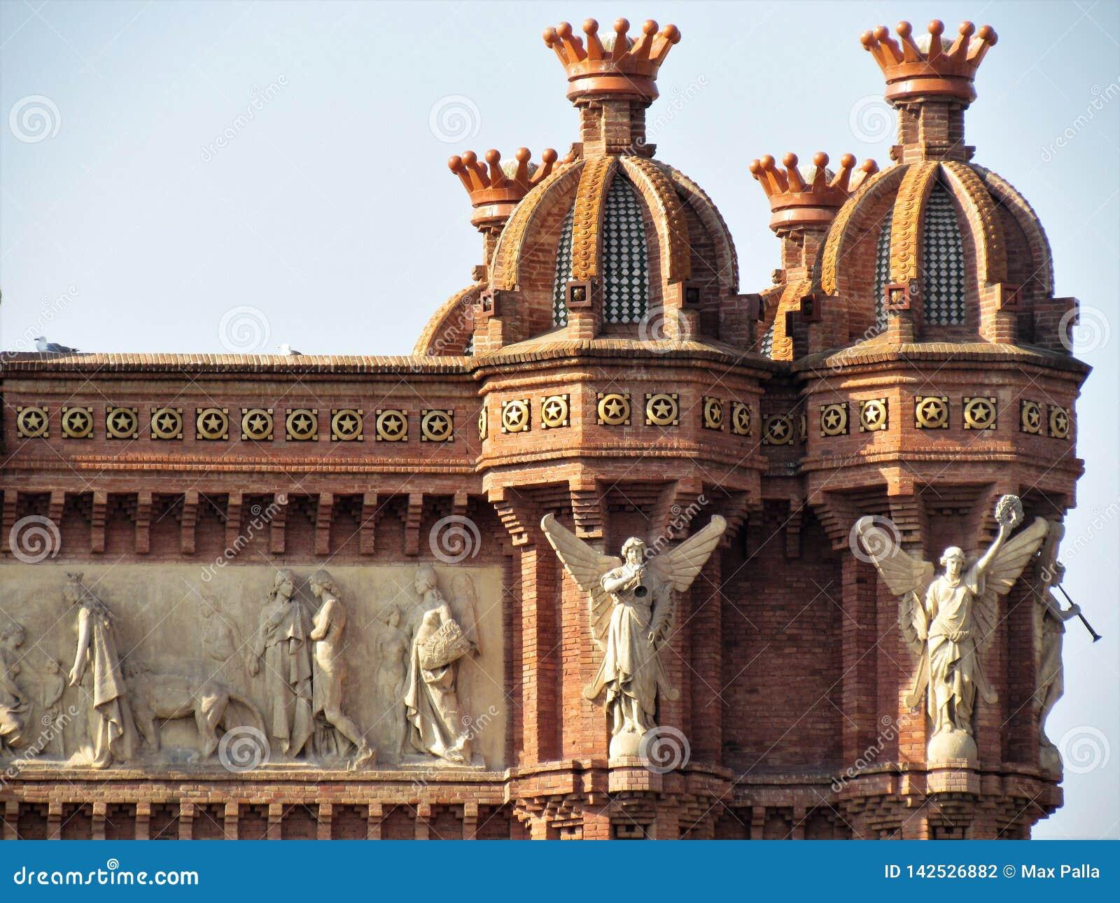 Красивый вид дуги de Triumf в Барселоне