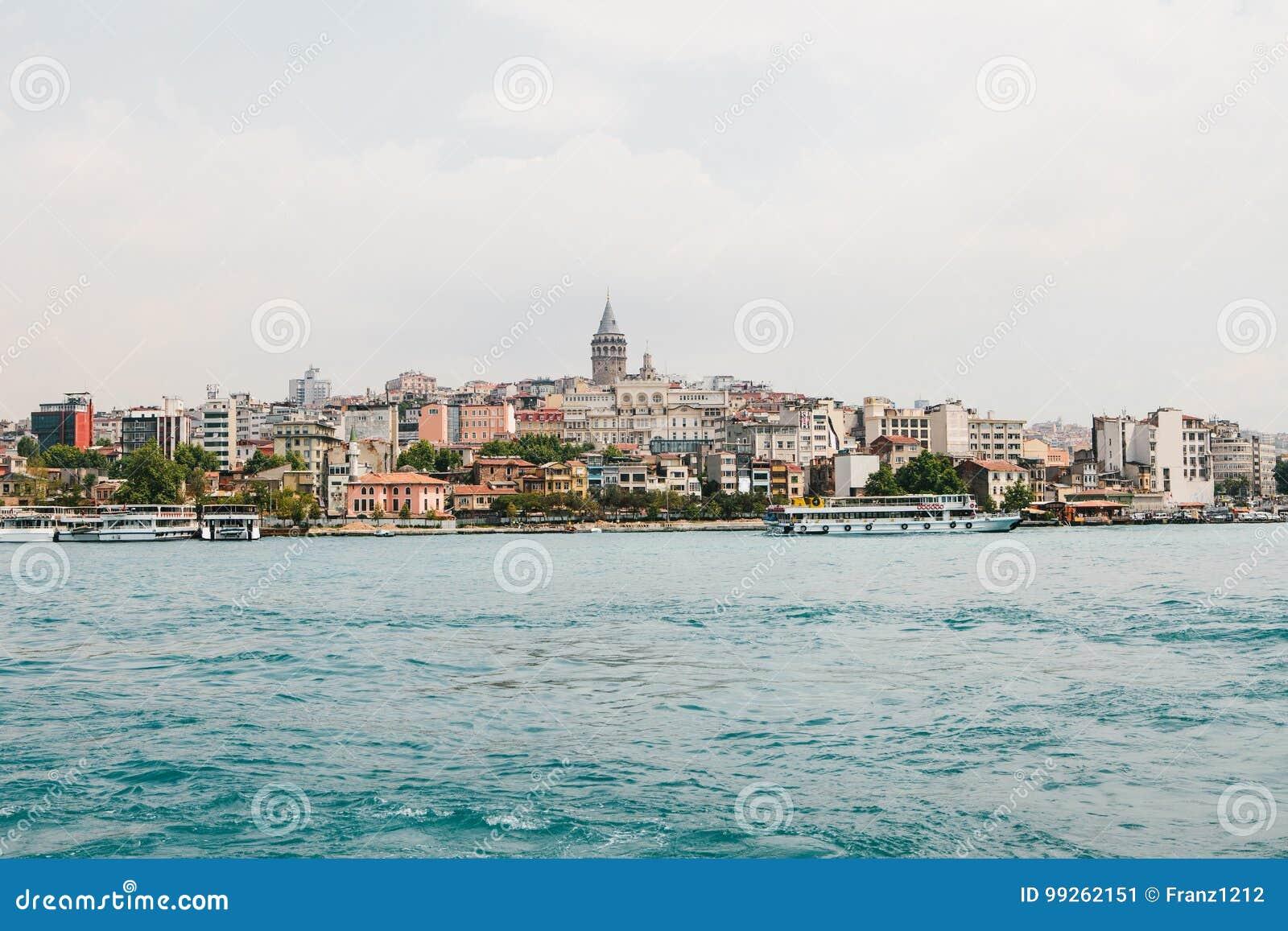 Красивый вид европейской части Стамбула против красивых голубых Bosphorus и неба Современный Стамбул